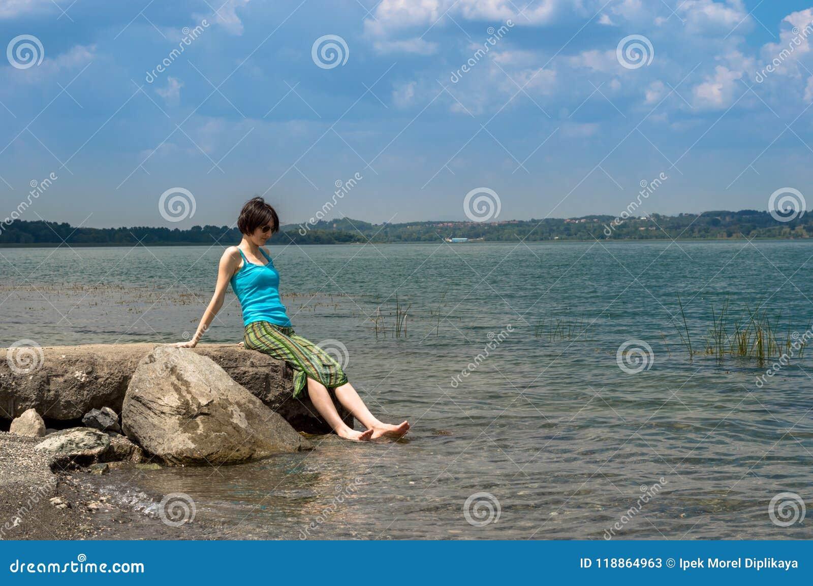 Belle jeune femme caucasienne refroidissant dans le lac un jour d été dans Sapanca, Turquie