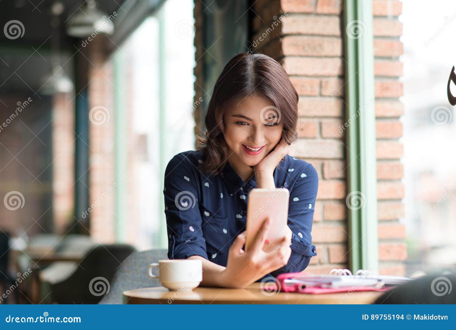 Belle jeune femme d affaires asiatique mignonne dans le café, prenant le sel