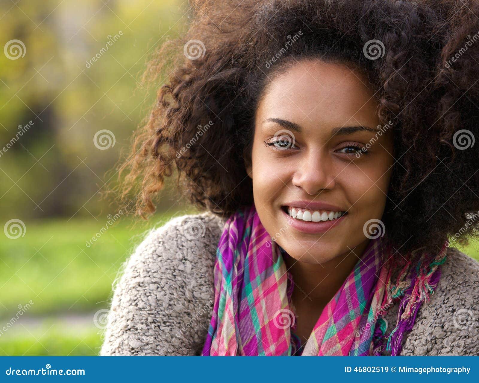 Belle jeune femme d afro-américain souriant dehors