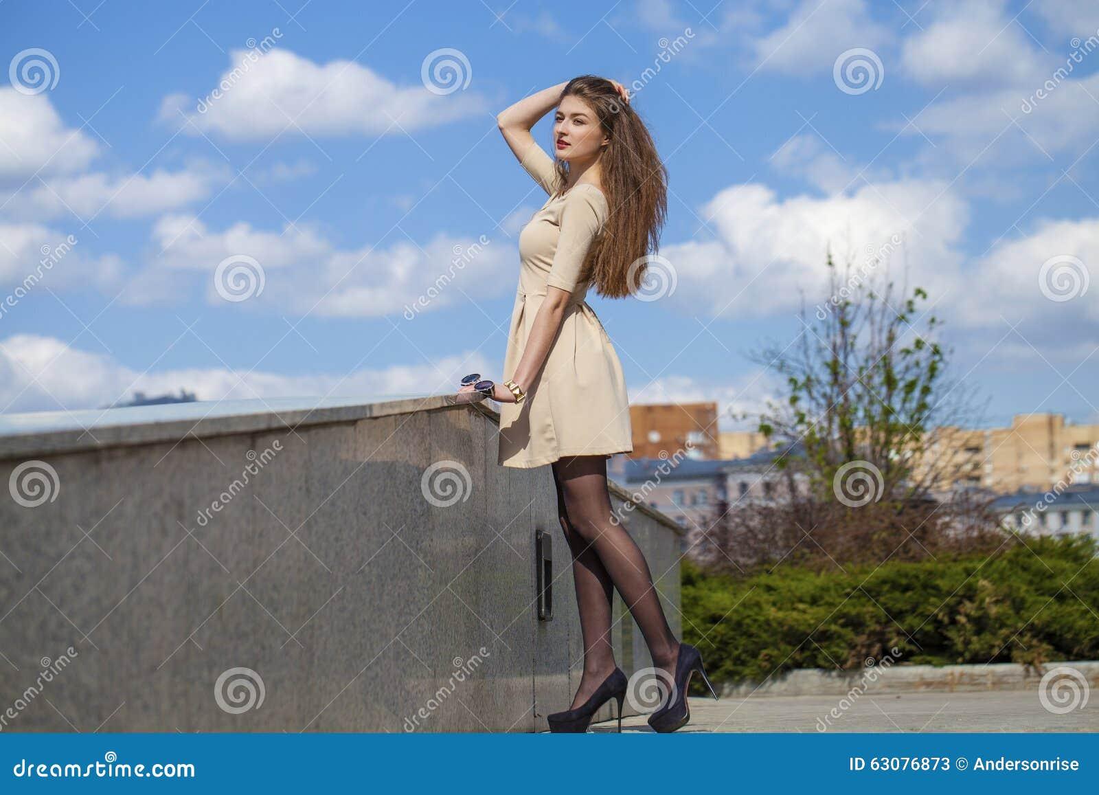 Download Belle Jeune Femme Dans La Robe Beige De Robe Image stock - Image du personne, adulte: 63076873