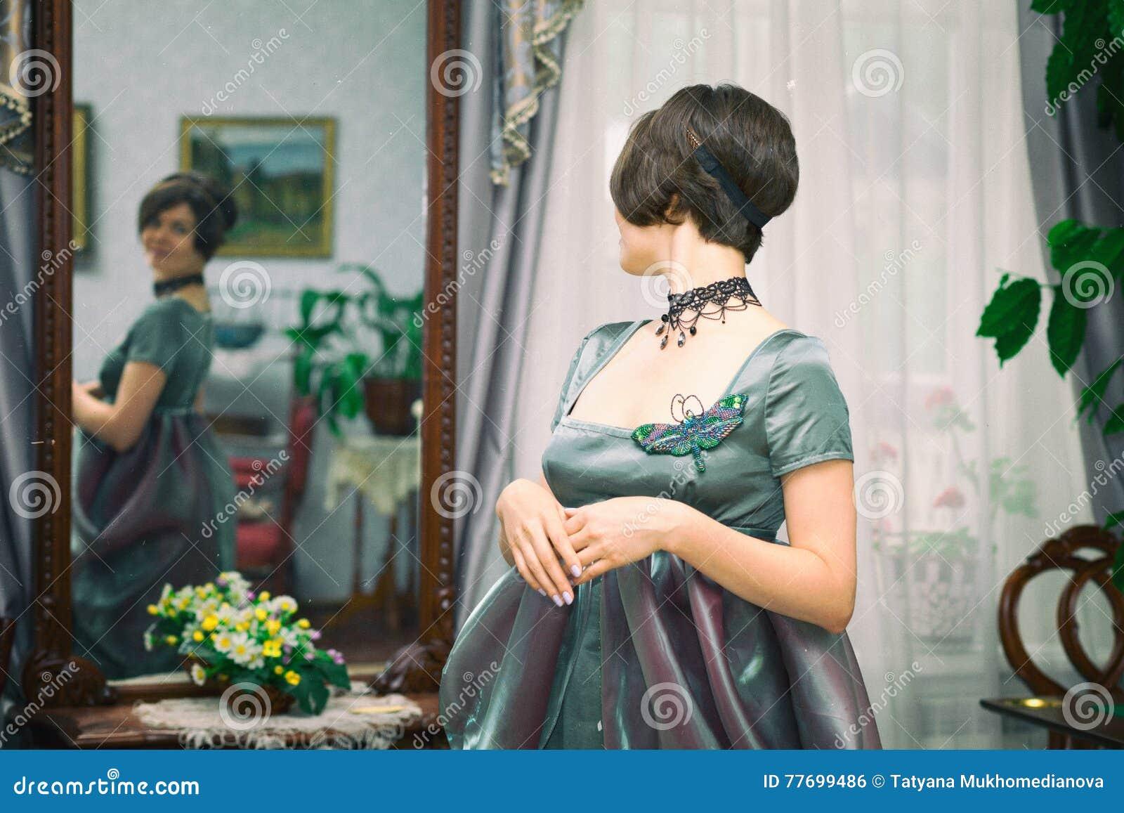 Belle jeune femme dans une robe en rétro portrait de style Habillement de  Vogue dans le style de vintage 892cd098f004