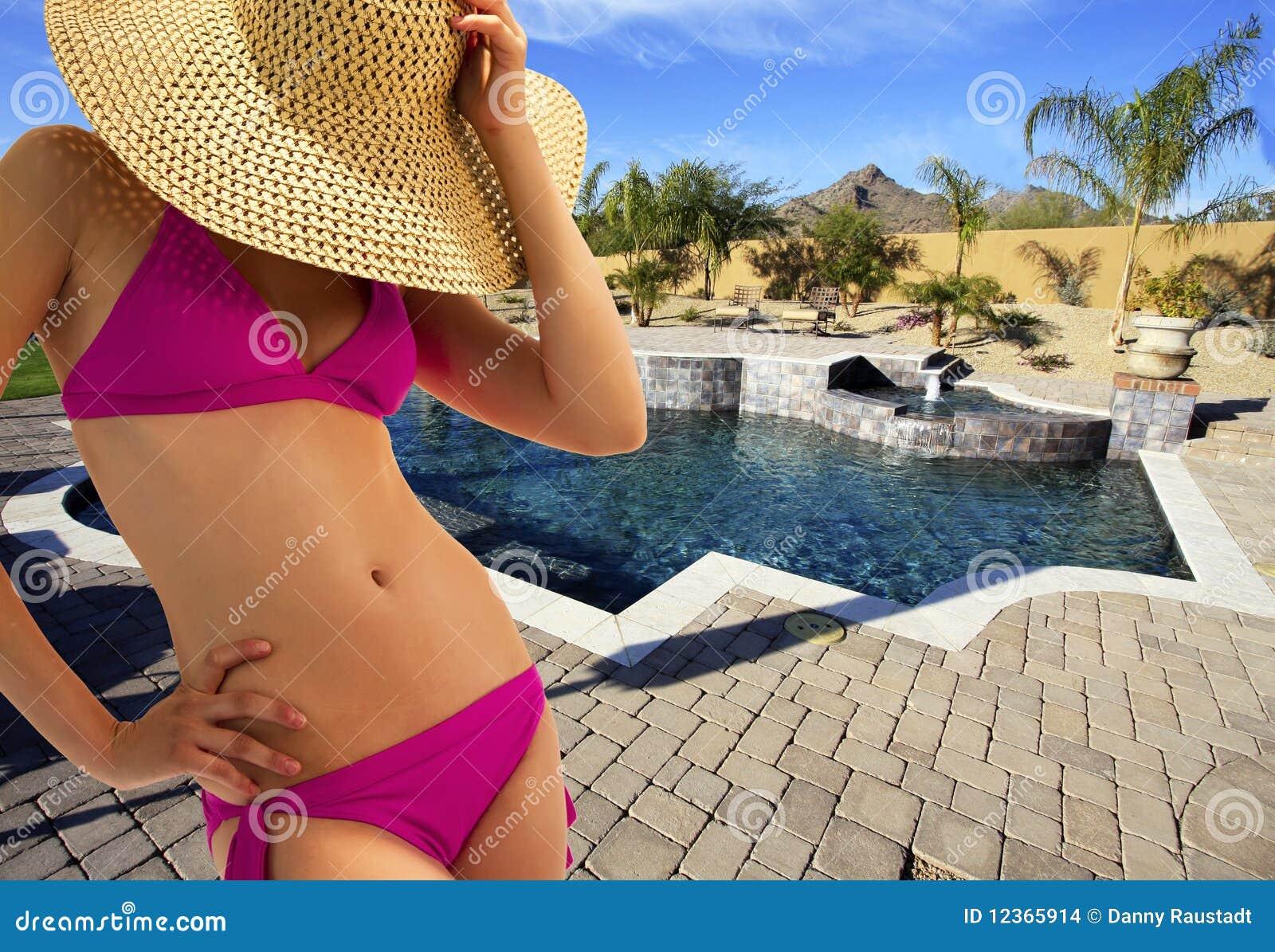 Belle jeune femme de bikini au regroupement