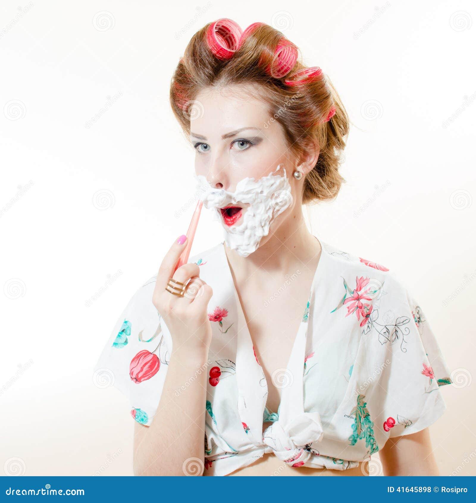 belle jeune femme de pin up rasant le visage avec la. Black Bedroom Furniture Sets. Home Design Ideas