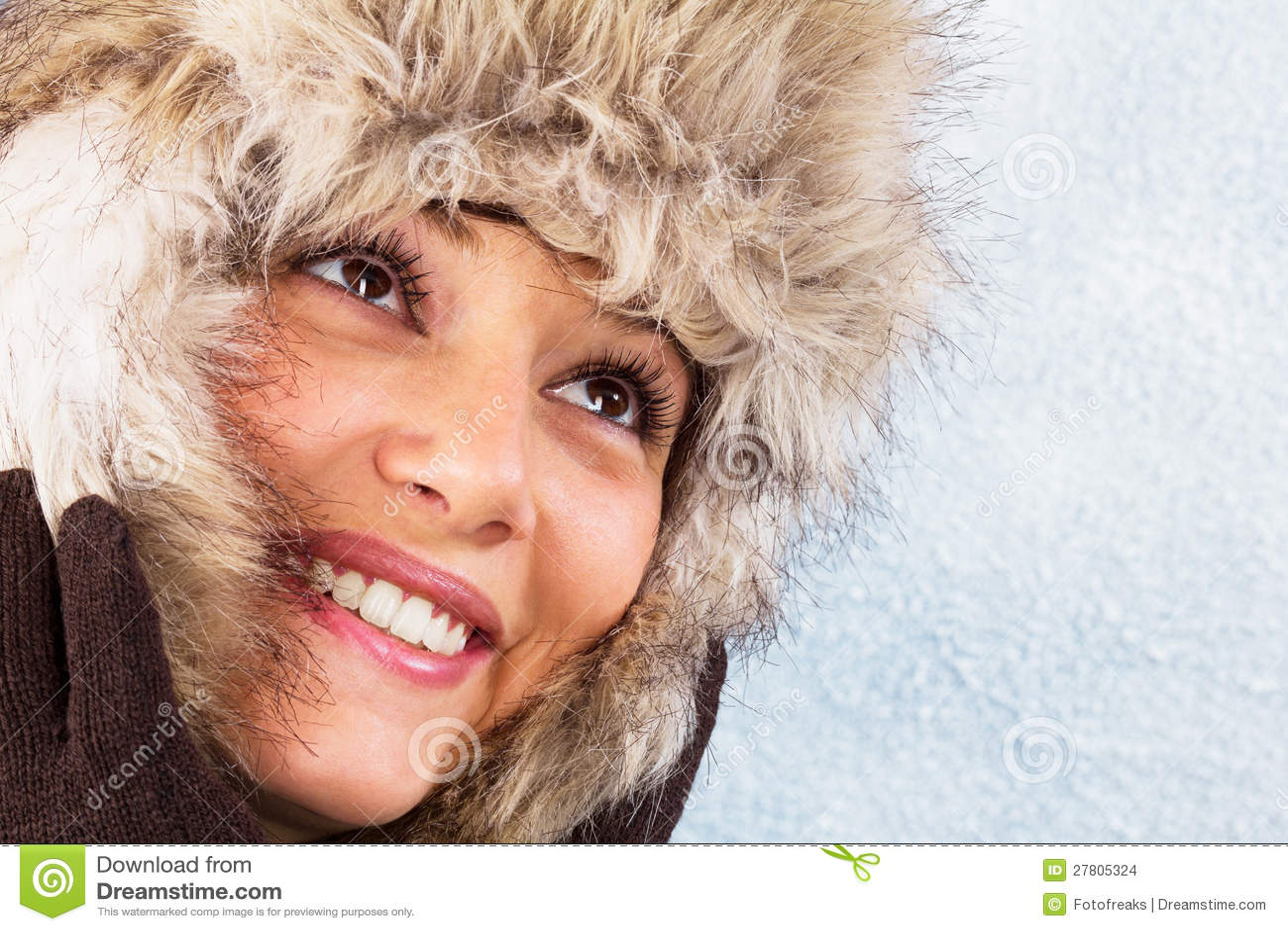 Belle jeune femme de sourire avec le chapeau de fourrure