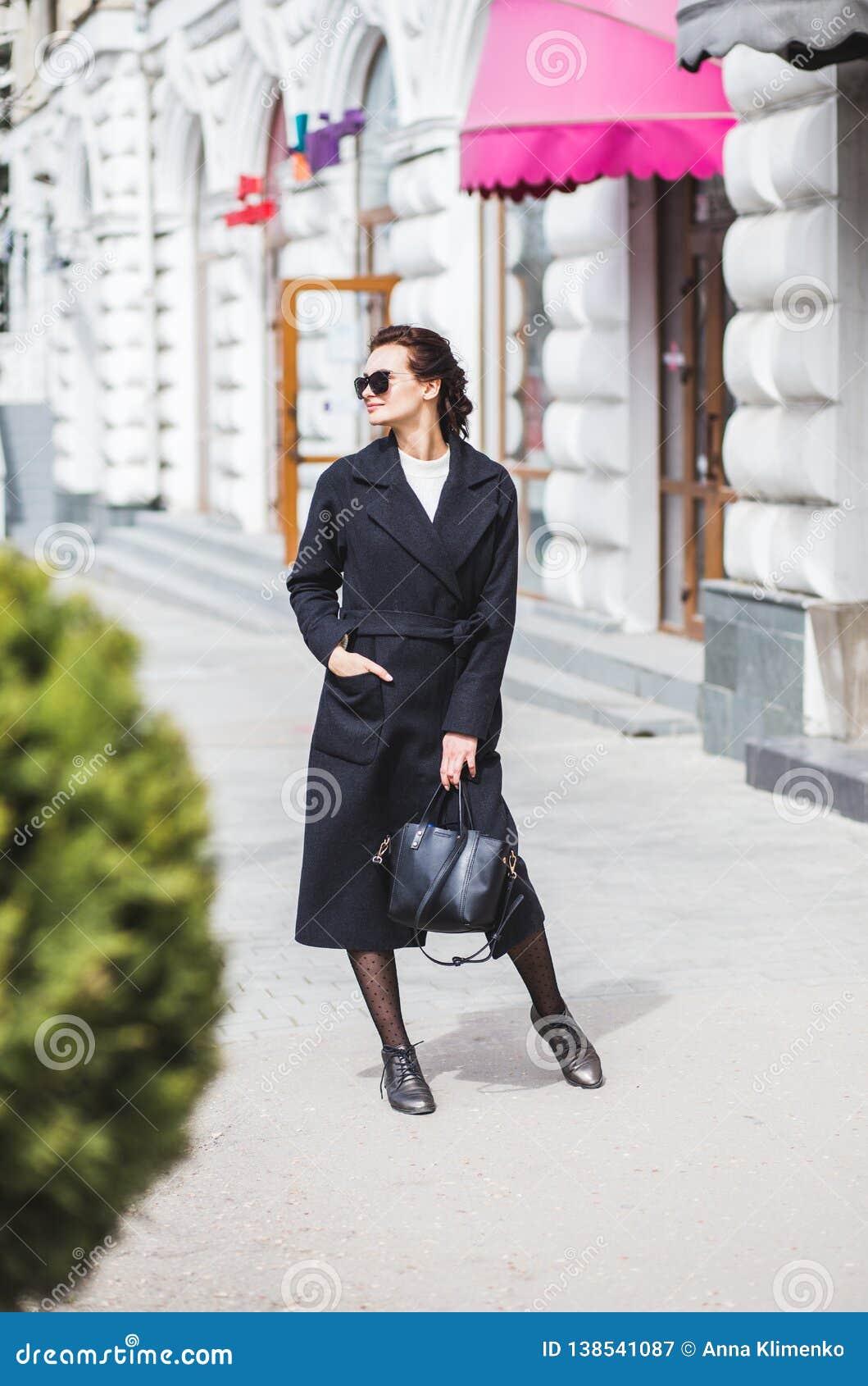 Belle jeune femme marchant sur la rue faisant des achats
