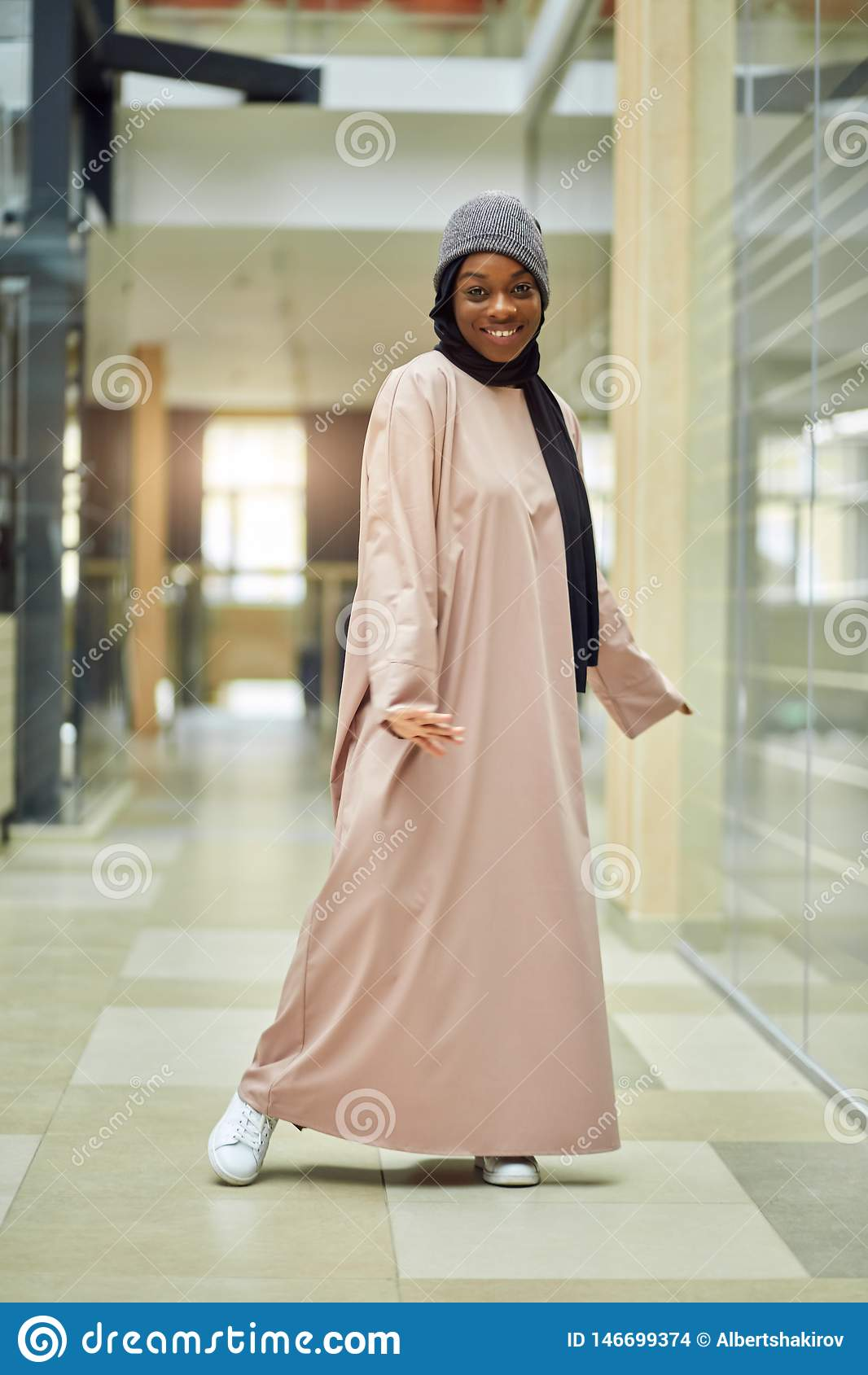 Belle jeune femme musulmane au centre d affaires posant ? la cam?ra