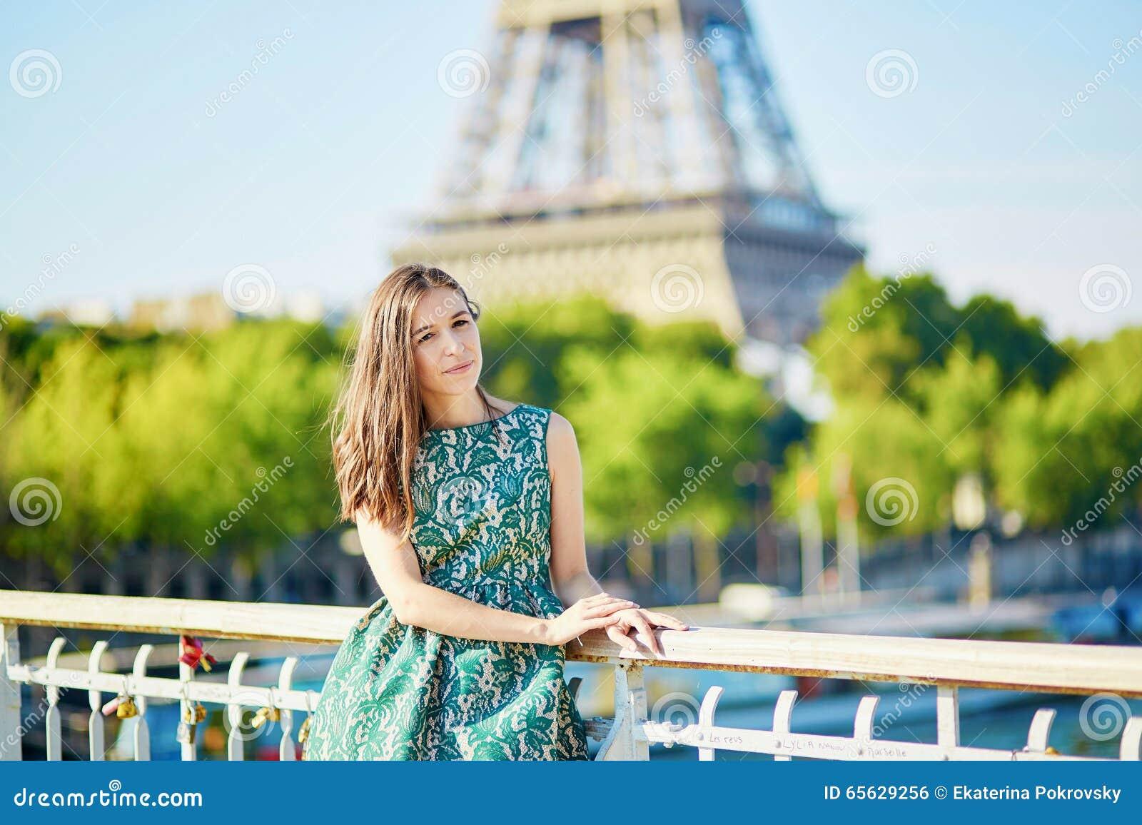 Belle jeune femme parisienne près de Tour Eiffel