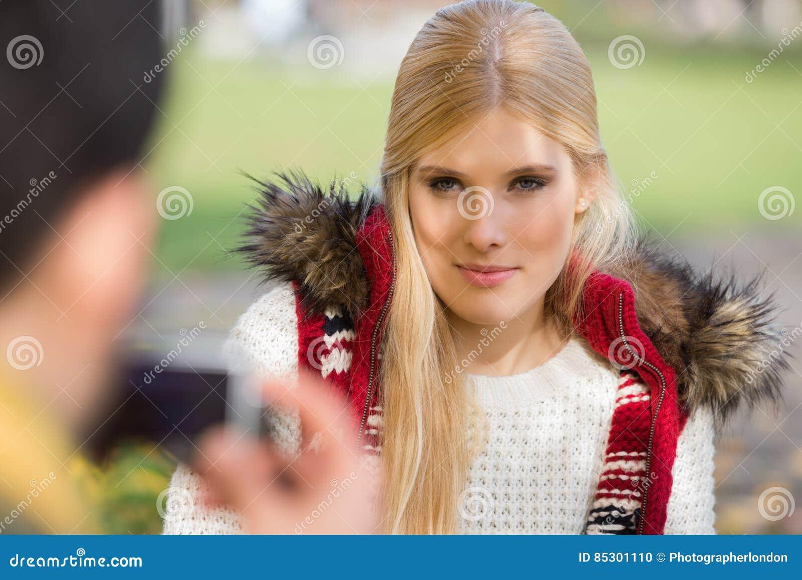 Belle jeune femme photographié par l homme en parc