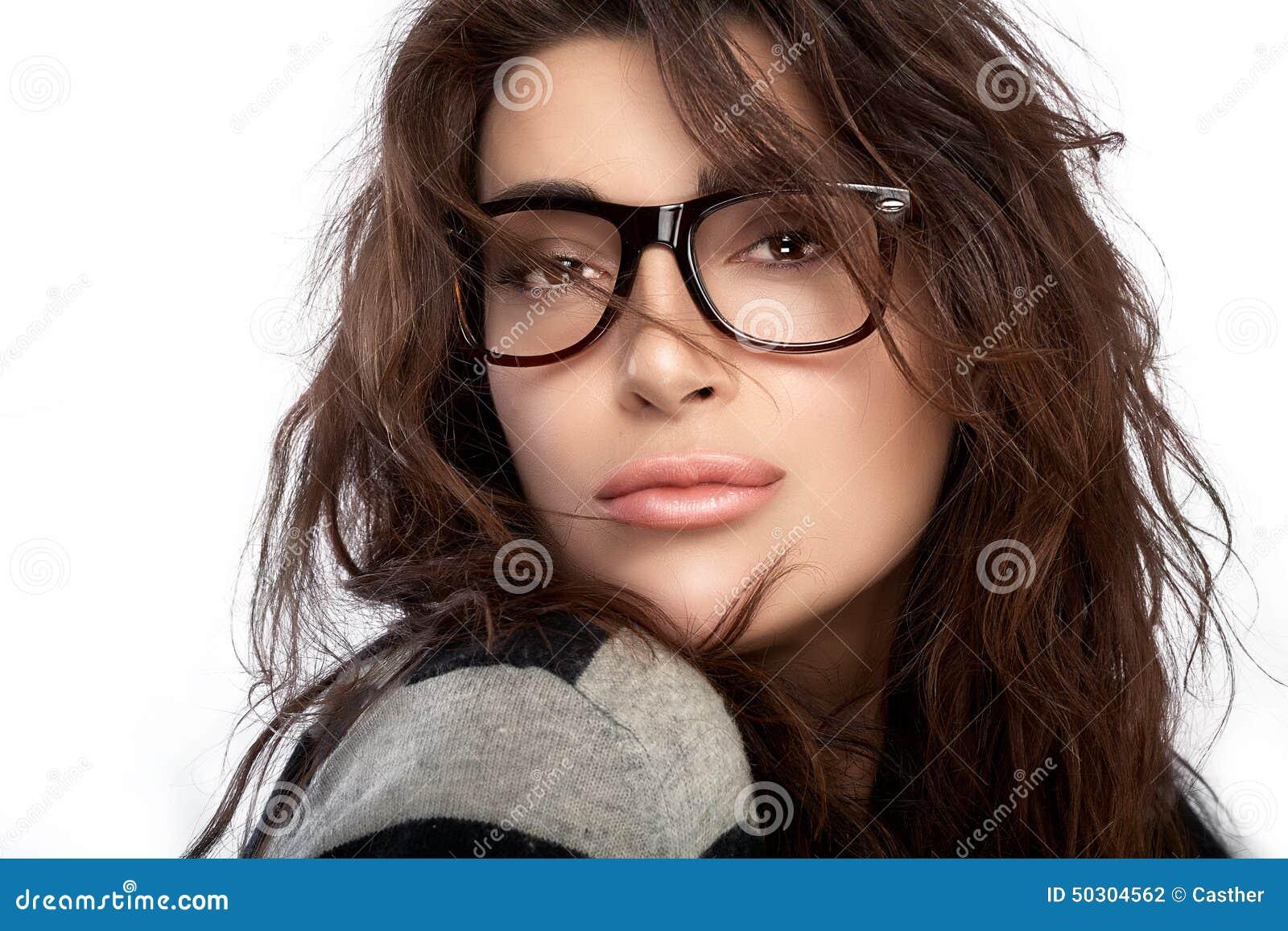 Belle Jeune Femme Portant Les Lunettes à La Mode Photo stock - Image ... cc9a18b2ea77