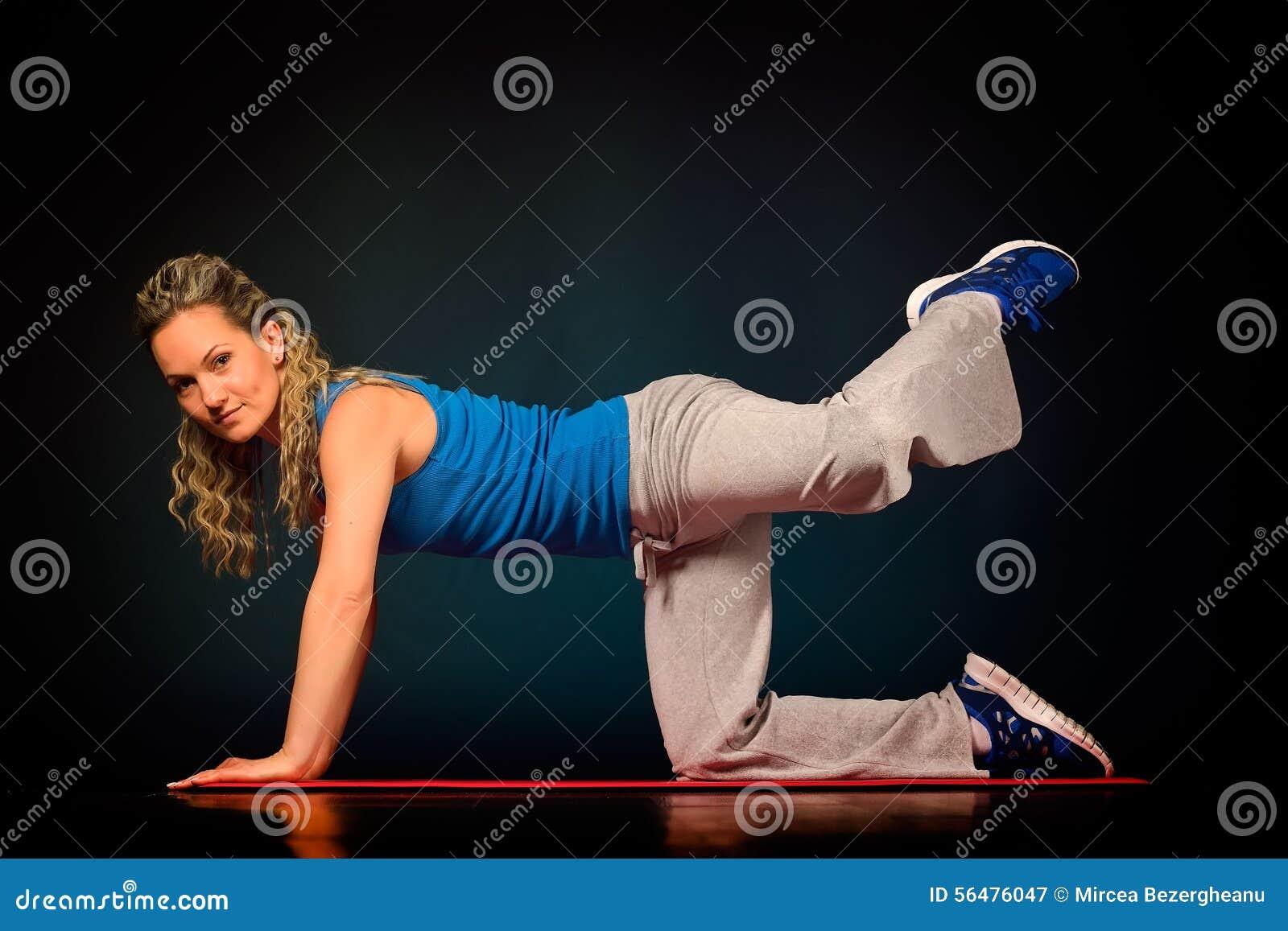 Belle jeune femme s exerçant dans le gymnase