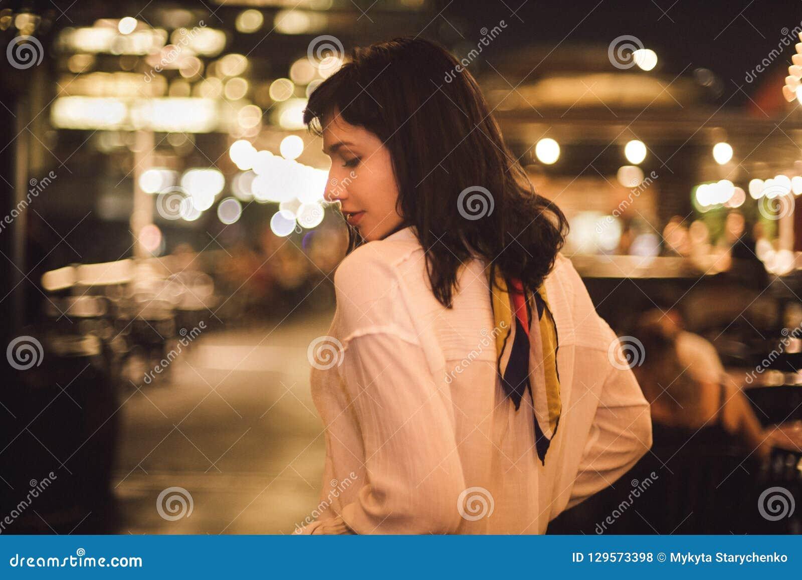 Belle jeune femme seul dansant dans la barre à la partie de nuit