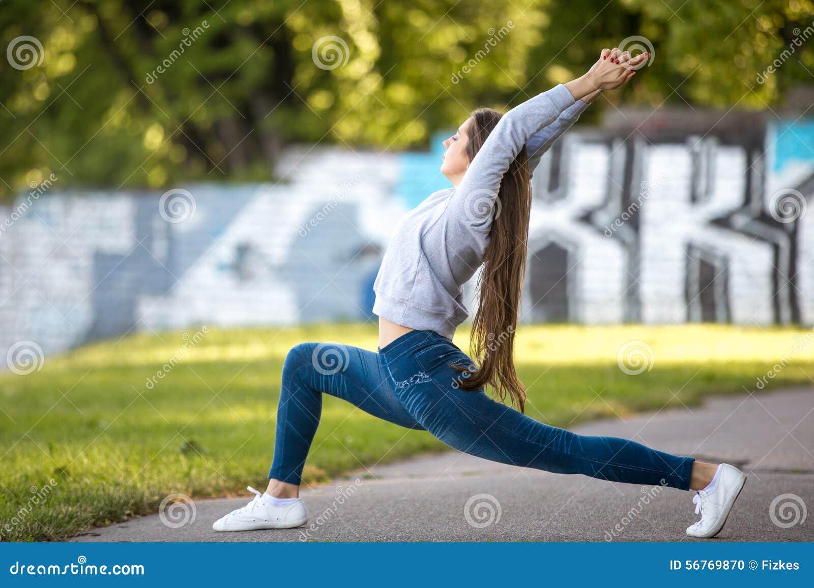 Belle Jeune Femme Sportive Dans La Pose De Yoga En Parc Photo stock ... 42b42673ede