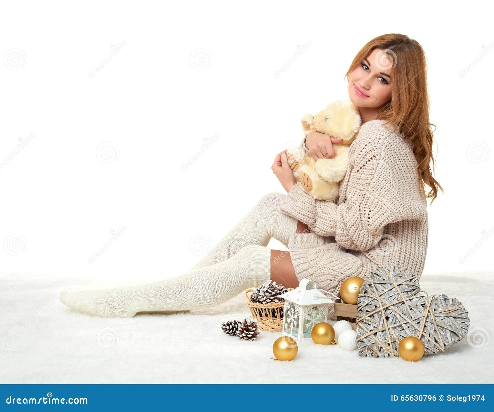 Belle jeune fille avec le jouet d ours de nounours - concept romantique de vacances