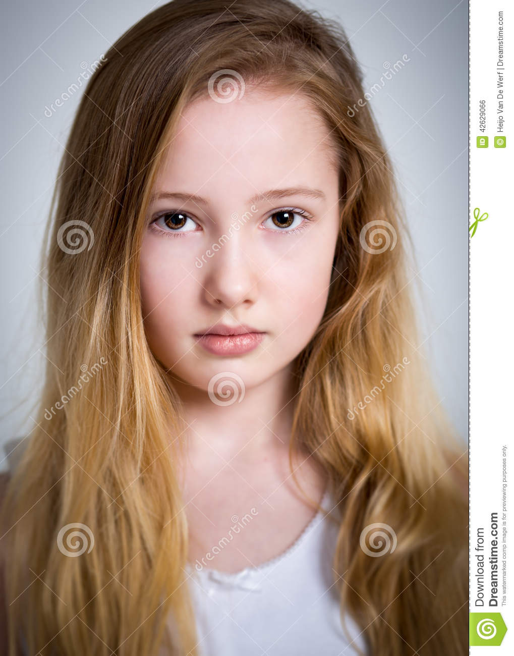 Une Fille French Teenage Fashion For Spring 2016: Belle Jeune Fille Blonde Timide Photo Stock