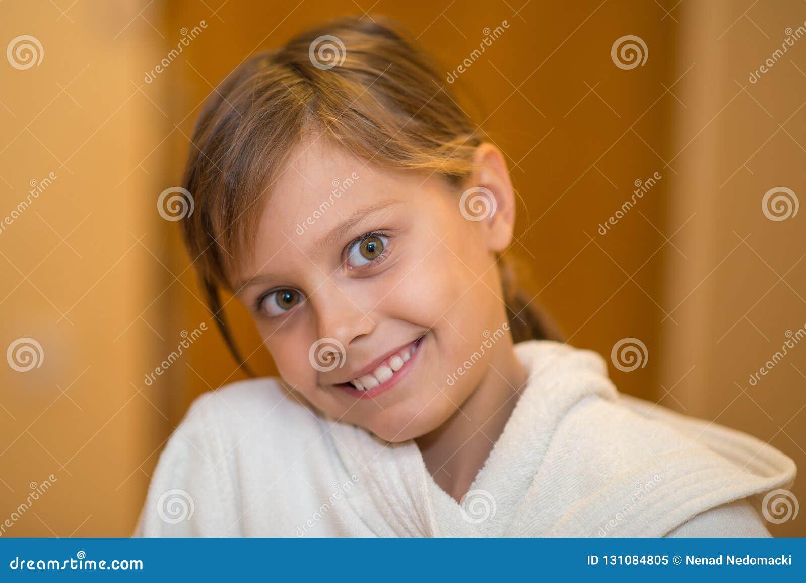Belle jeune fille dans le peignoir blanc
