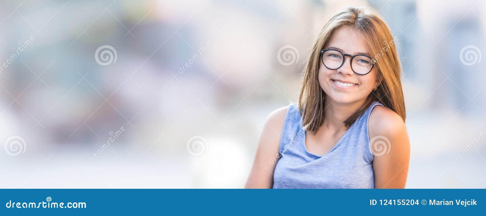 Belle jeune fille de l adolescence de sourire avec des verres