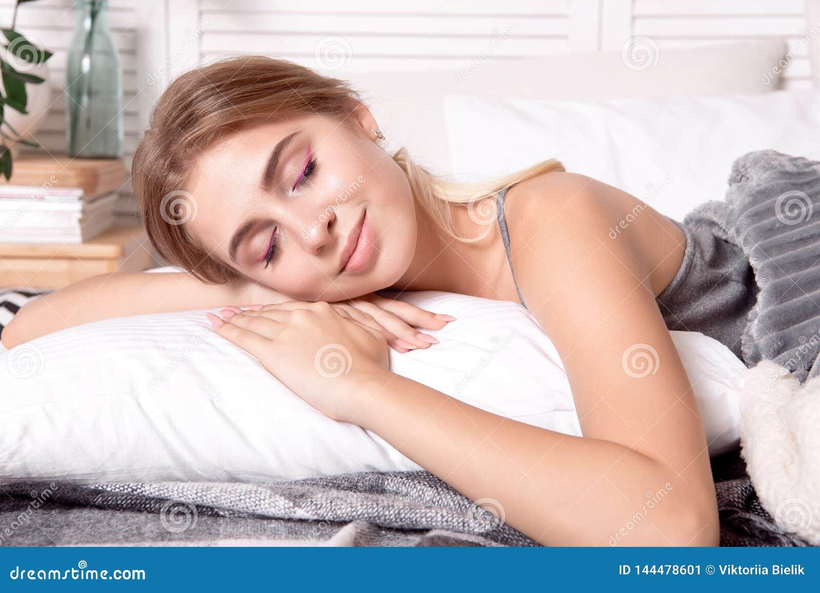 Belle jeune fille dormant dans la chambre à coucher