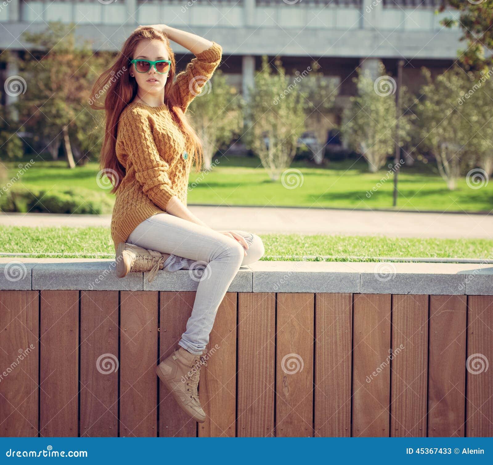 Belle jeune fille reposant en parc sur des whis chauds d un jour d été un sac