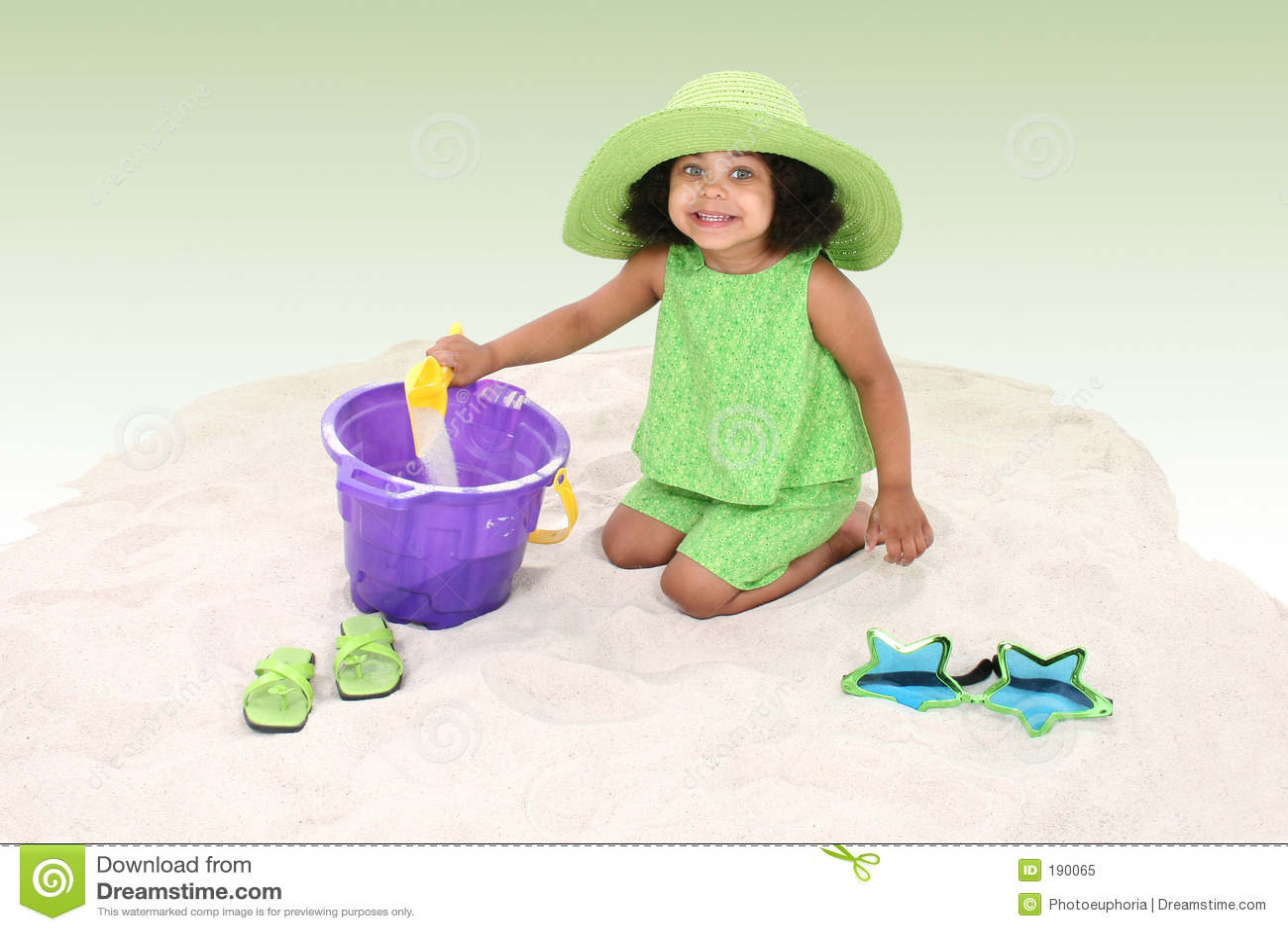 Belle jeune fille s asseyant dans le jeu de sable