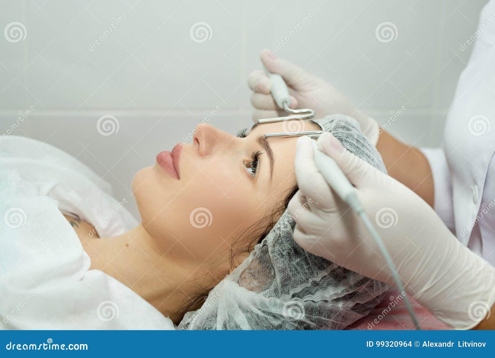 Belle jeune fille sur la procédure de la peau