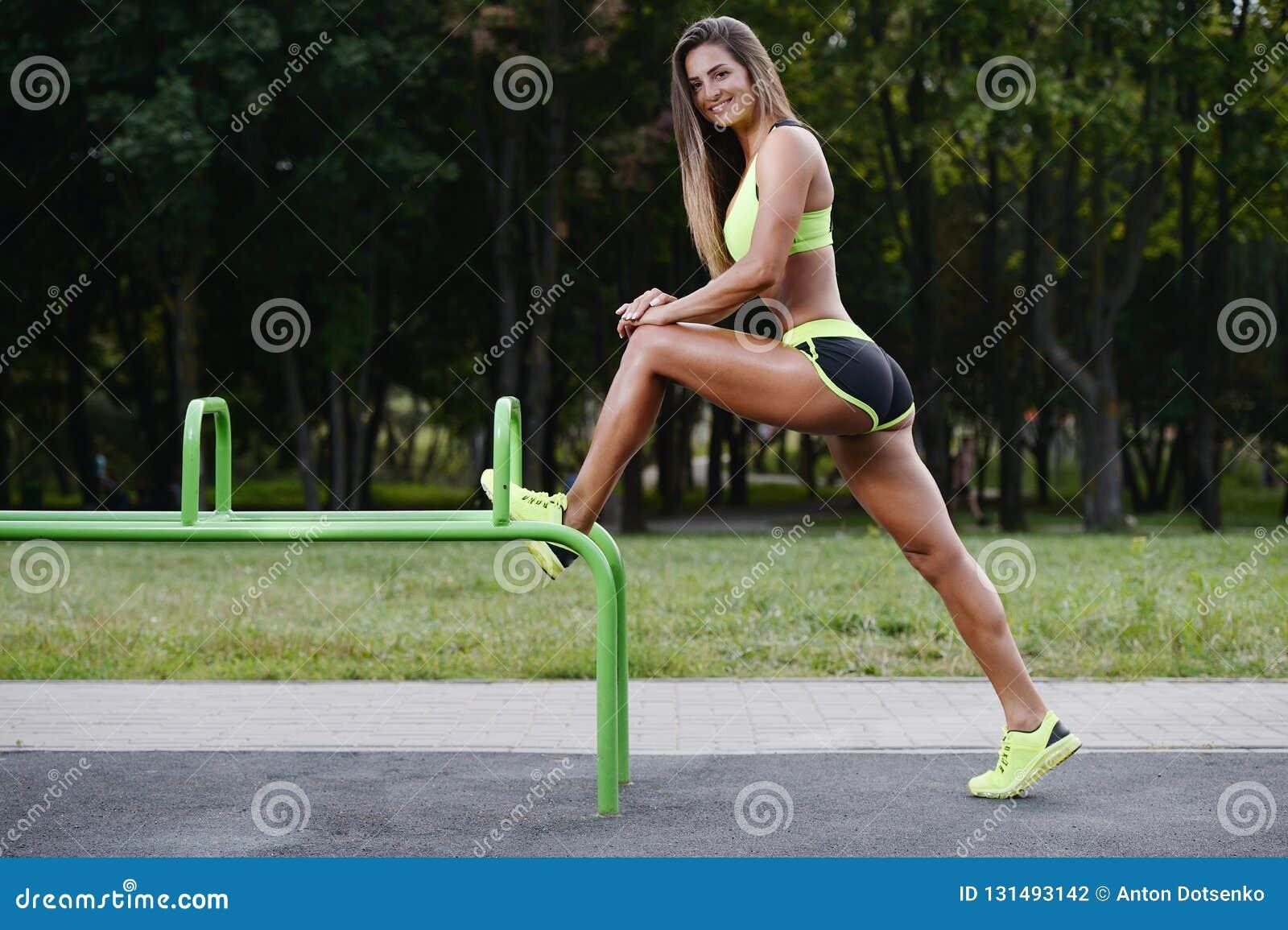Belle jeune formation caucasienne musculaire sportive forte de séance d entraînement de femme de forme physique de sport en plein