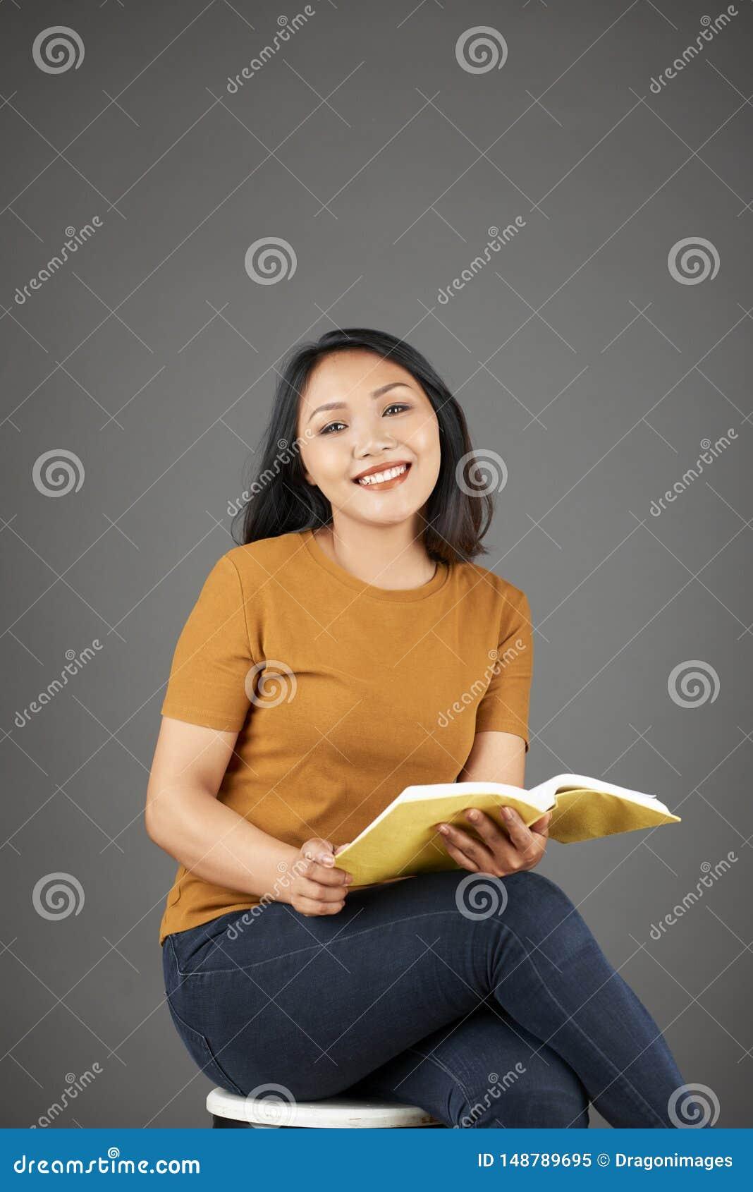 Belle jeune lecture asiatique de femme