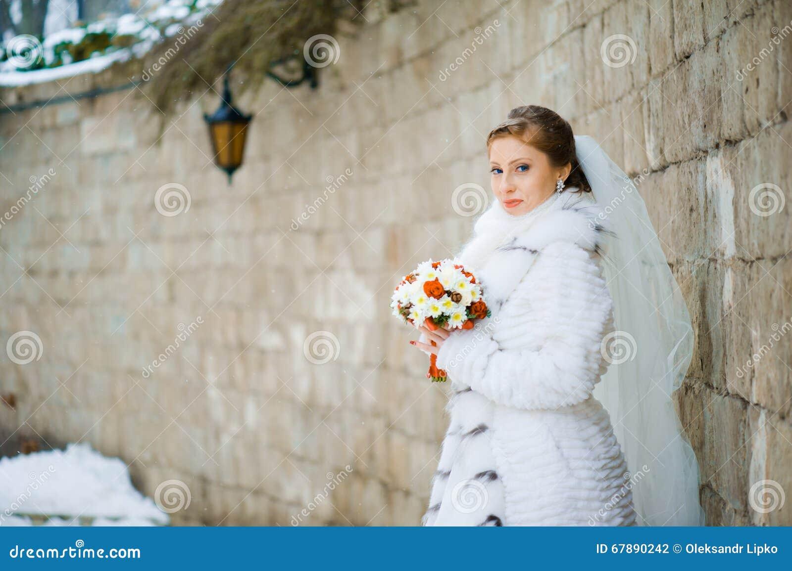 Belle jeune mariée avec le bouquet avant cérémonie de mariage
