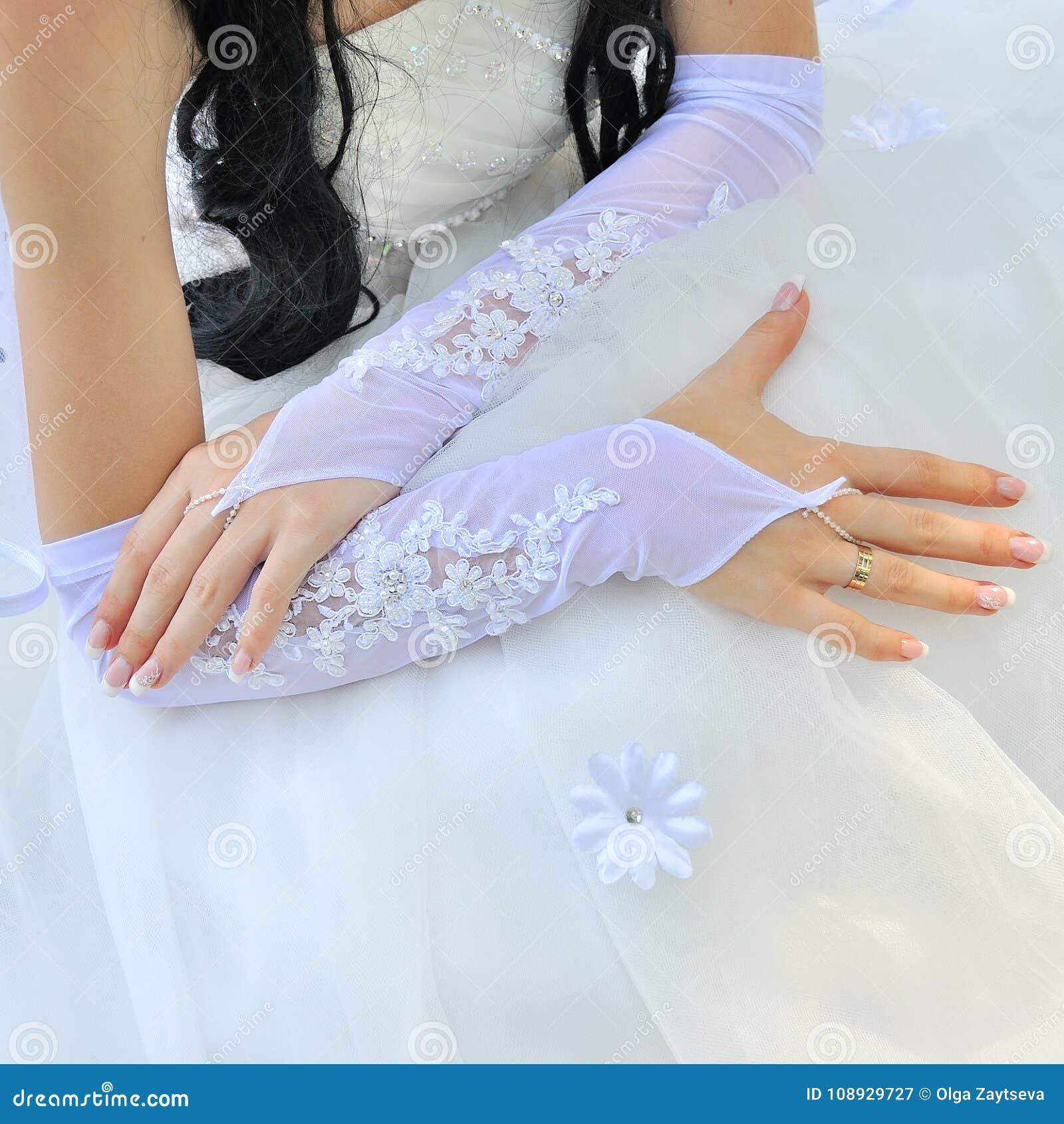 Belle belle jeune mariée caucasienne de femme