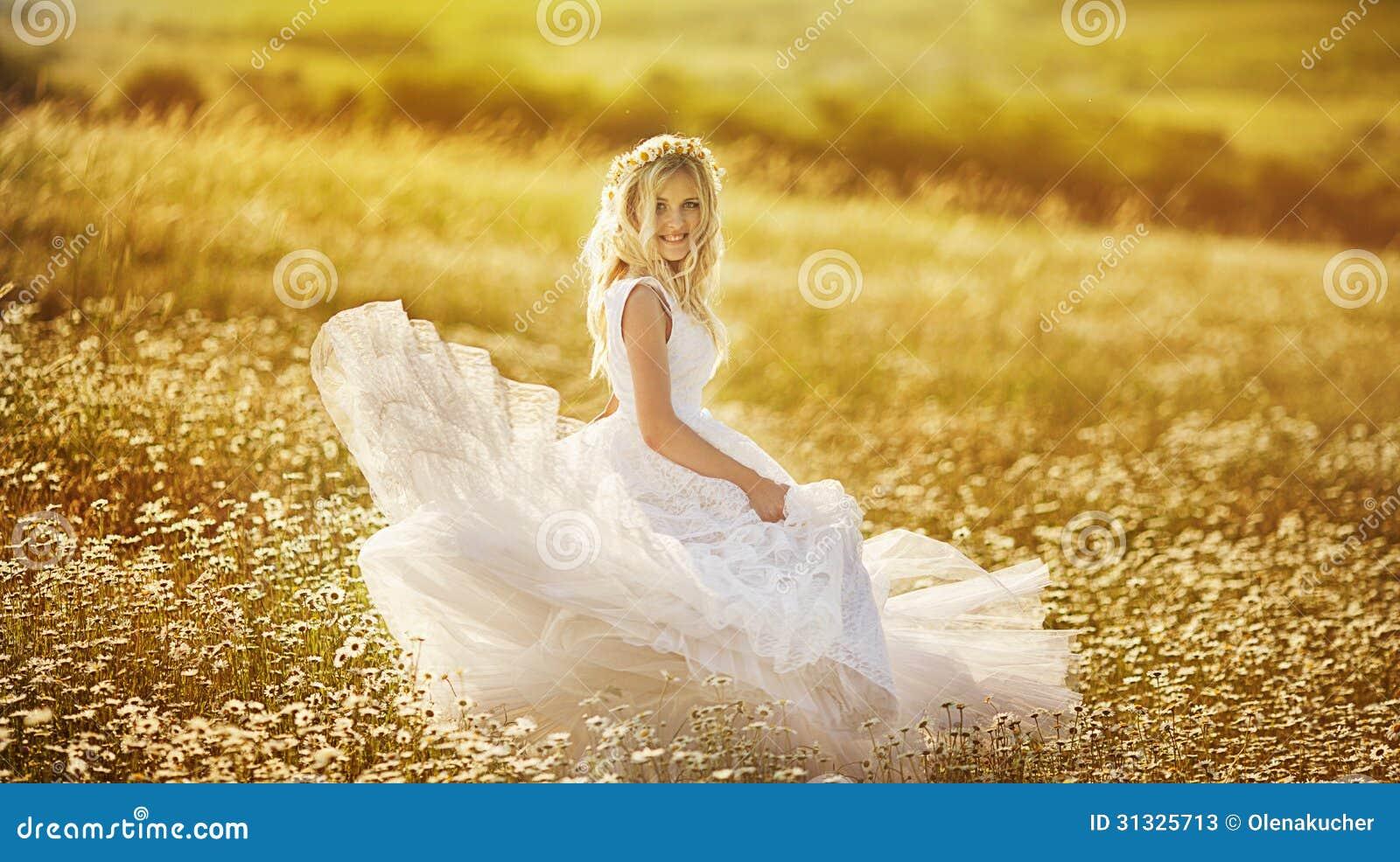 Belle jeune mariée dans un domaine