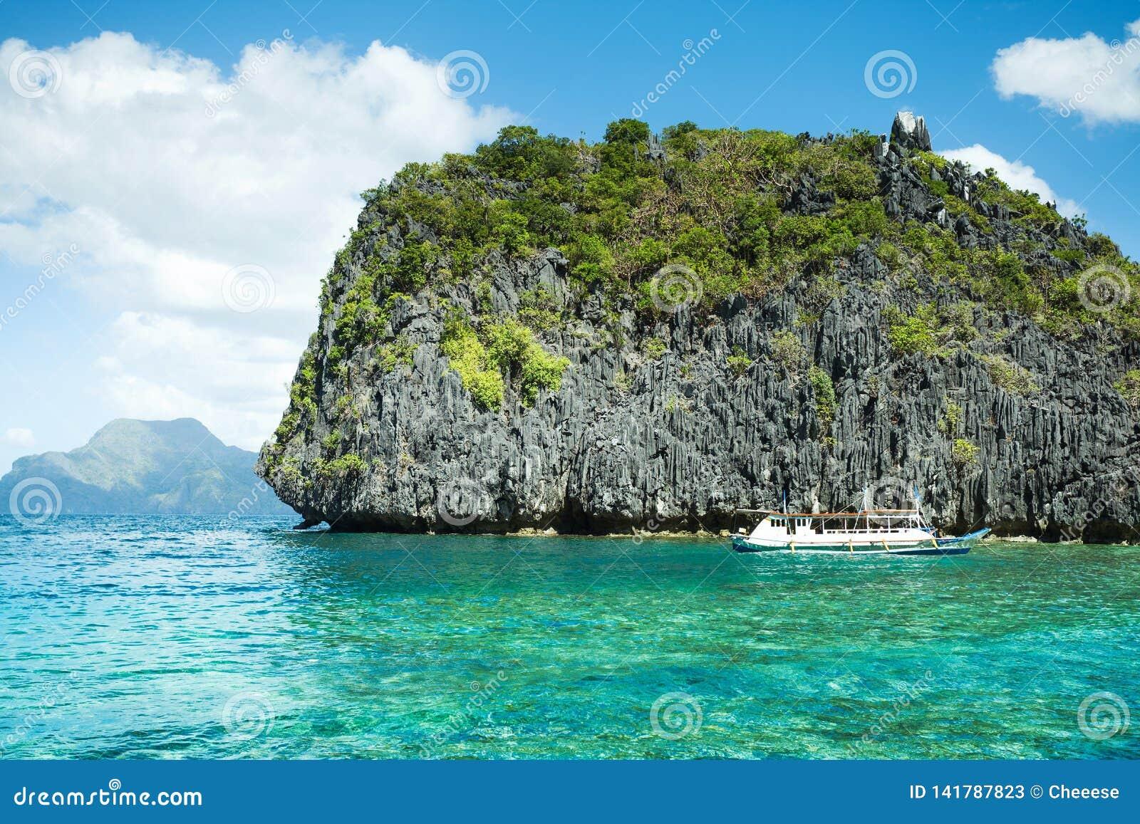 Belle lagune bleue tropicale Paysage scénique avec les îles de baie et de montagne de mer, EL Nido, Palawan, Philippines