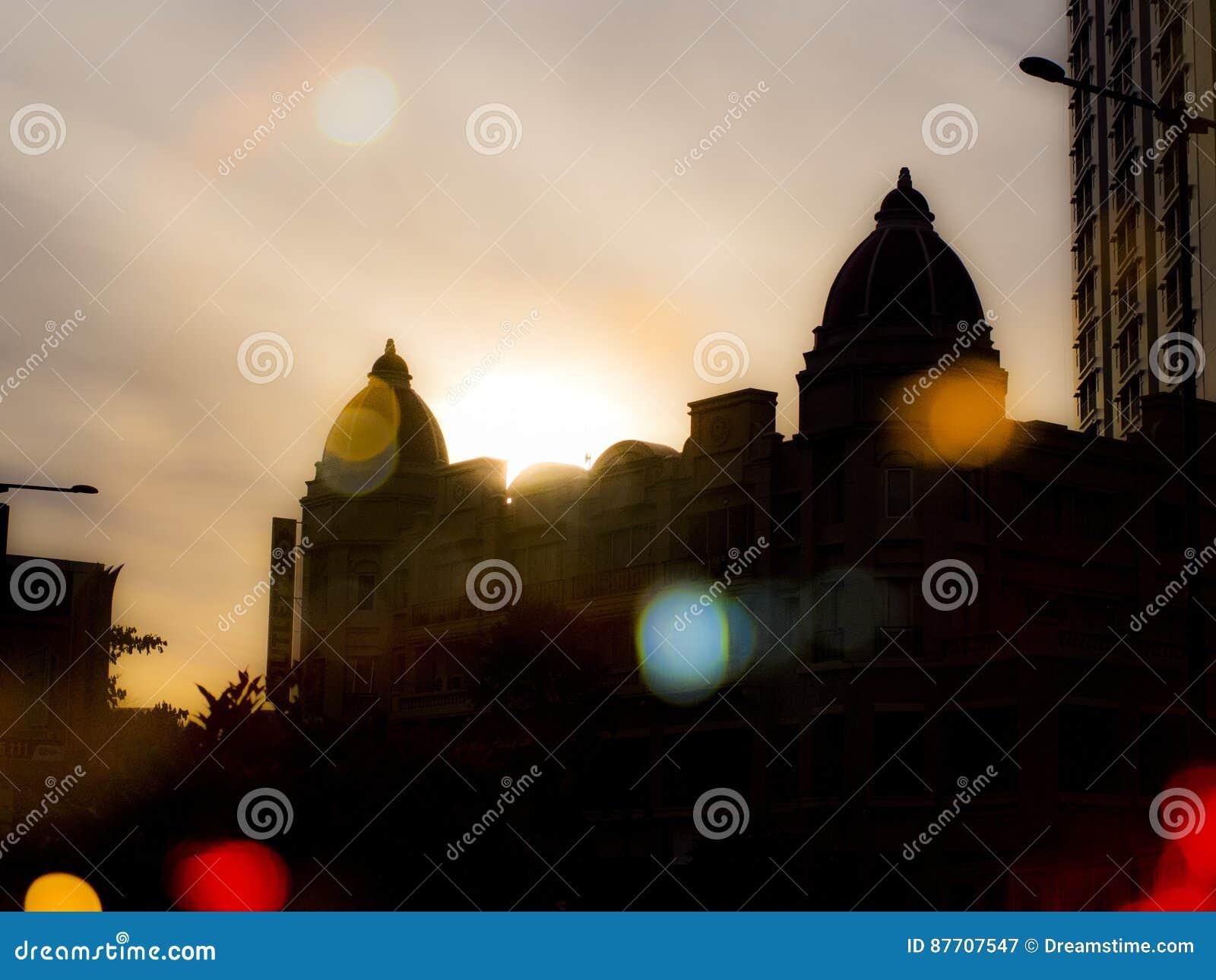 Belle lumière de coucher du soleil et silhouette fraîche de bâtiment