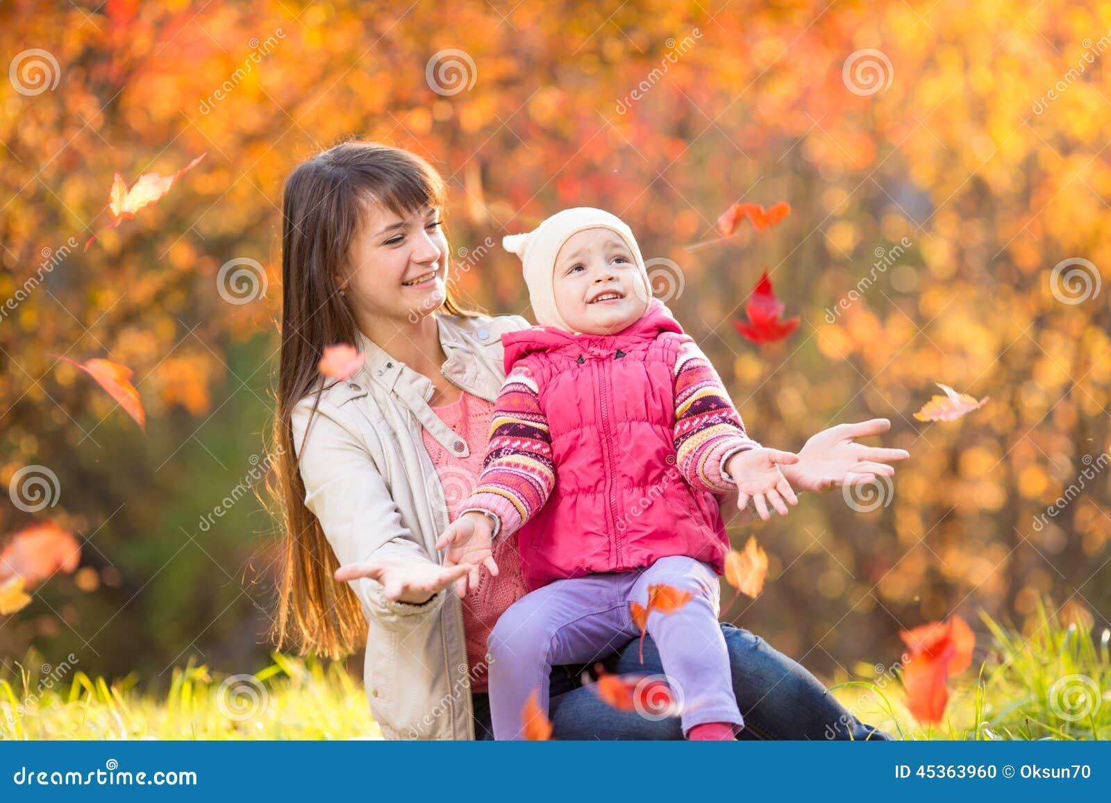 Belle mère avec la fille d enfant dehors en parc d automne