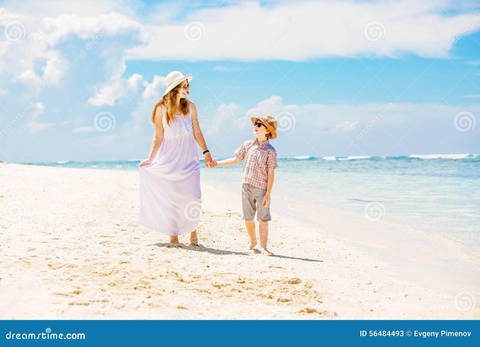 Belle mère heureuse dans la longue robe blanche