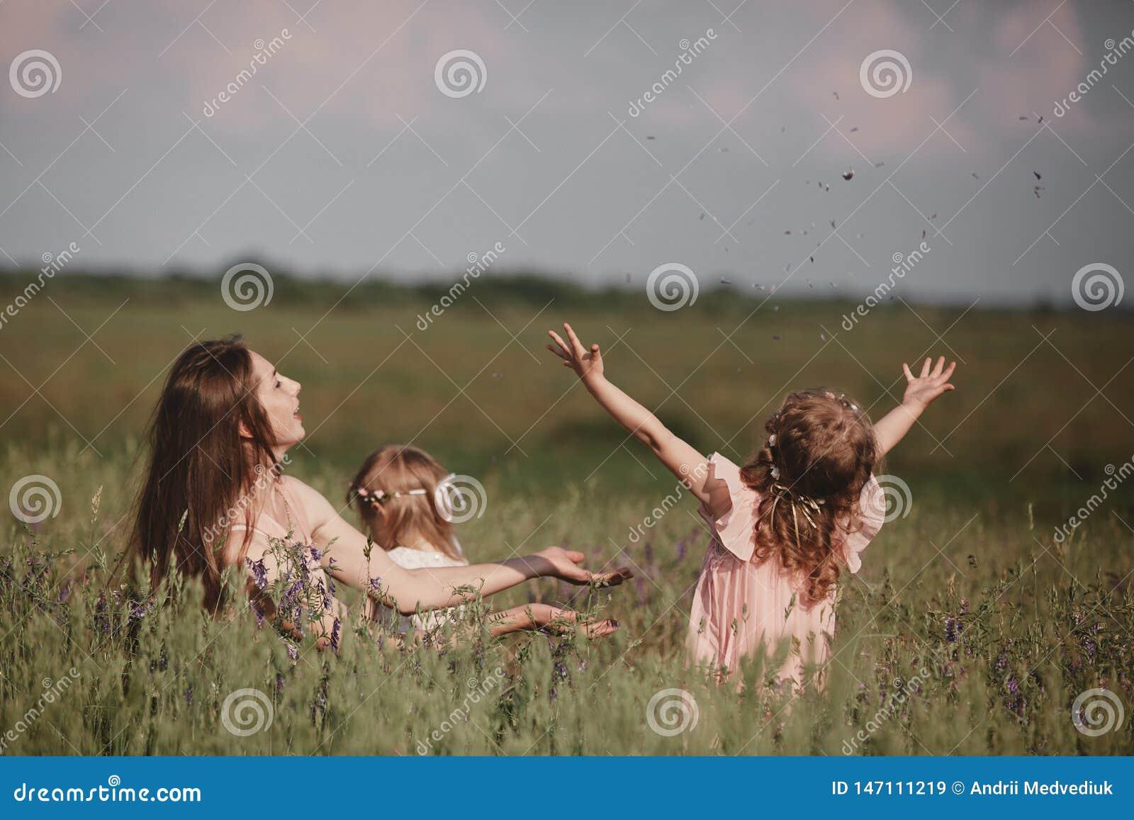 Belle m?re et sa petite fille dehors nature Portrait ext?rieur de famille heureuse Joie heureuse de jour du ` s de m?re