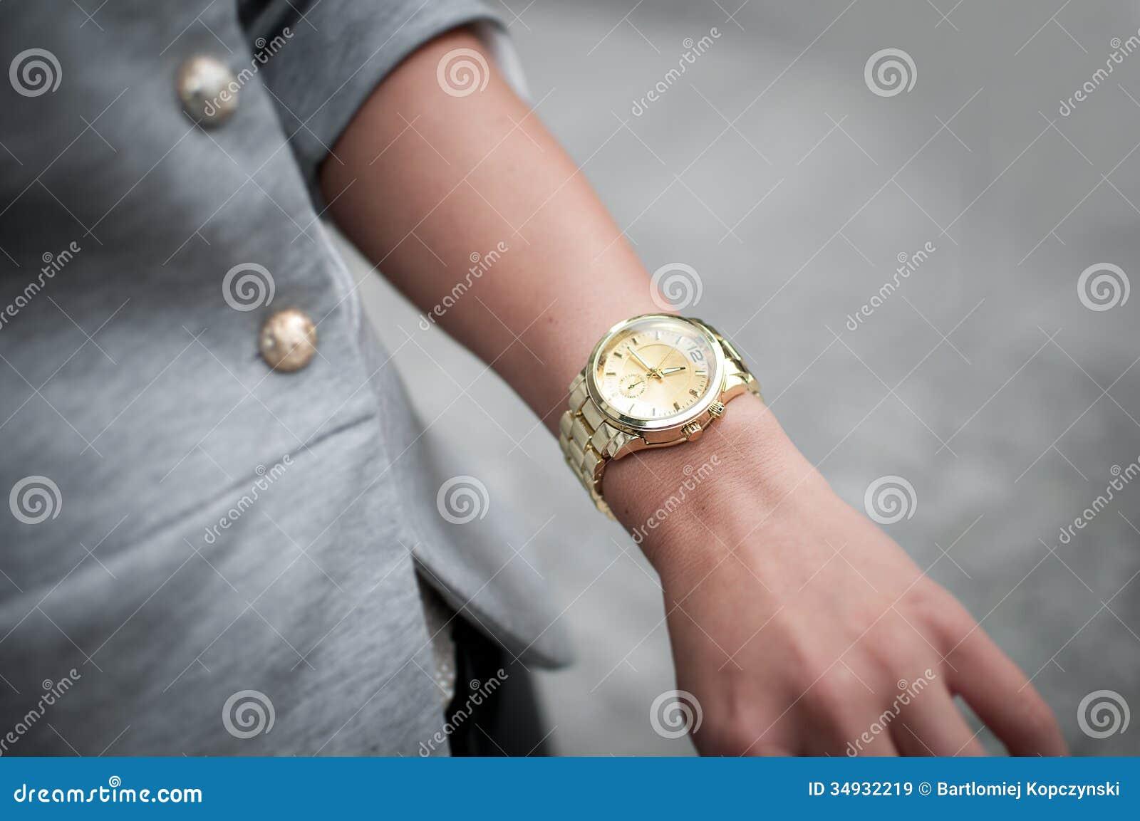belle main de femme de mode avec la montre images libres. Black Bedroom Furniture Sets. Home Design Ideas
