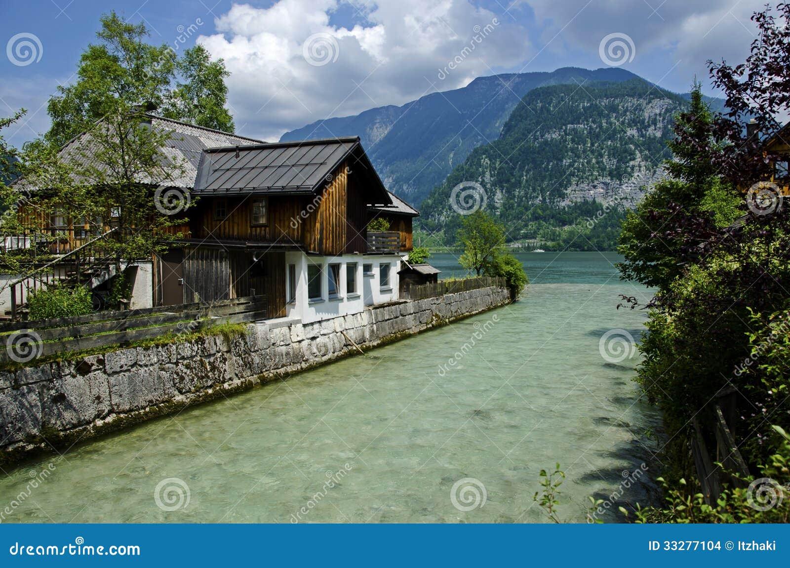 belle maison au bord d 39 une rivi re et d 39 un lac images stock image 33277104. Black Bedroom Furniture Sets. Home Design Ideas