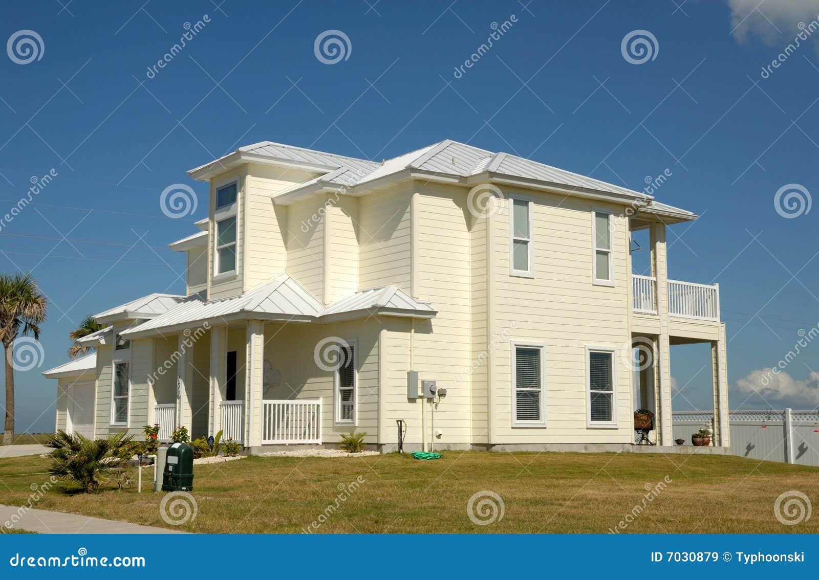 belle maison aux etats unis image stock image du richesse arbre 7030879. Black Bedroom Furniture Sets. Home Design Ideas