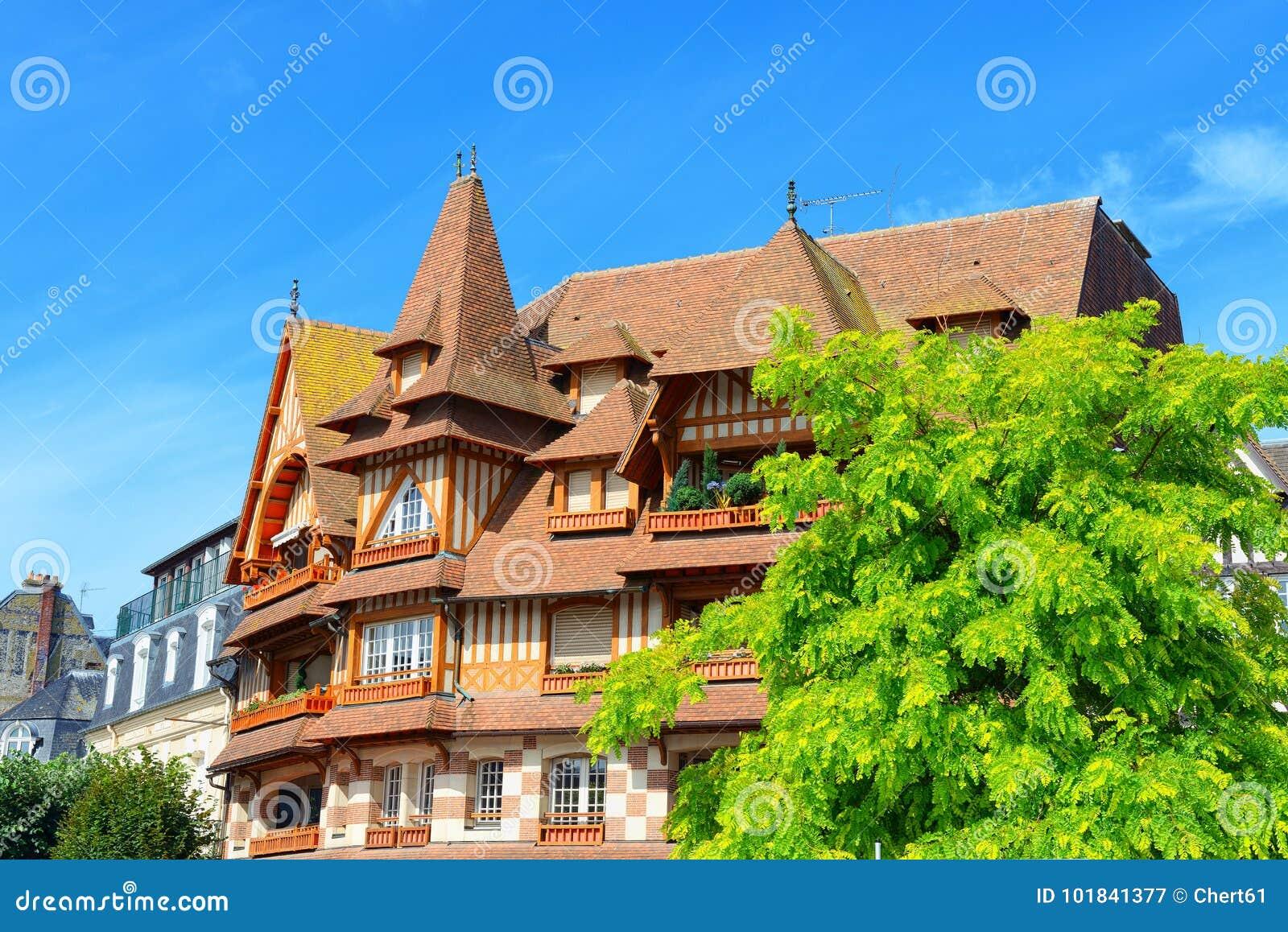 Maison Toit De France belle maison avec le toit de tuile image stock - image du