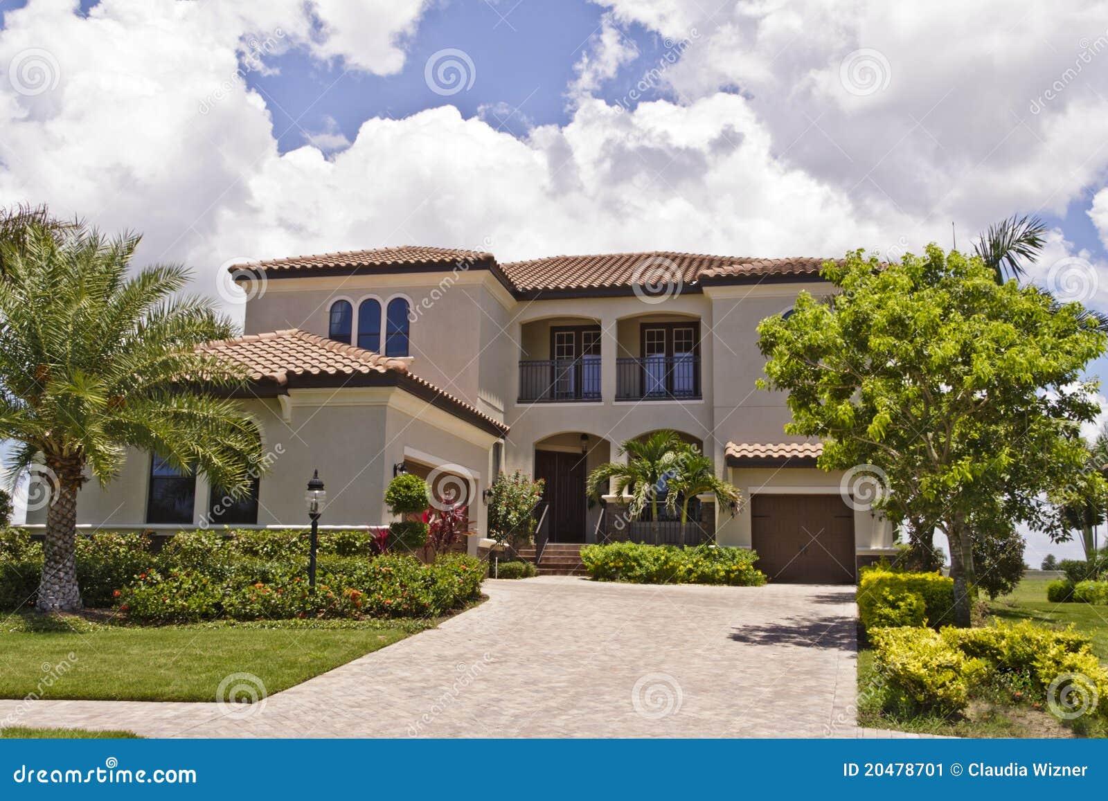 Belle maison avec le toit de tuile image stock image 20478701 - Image de belle maison ...
