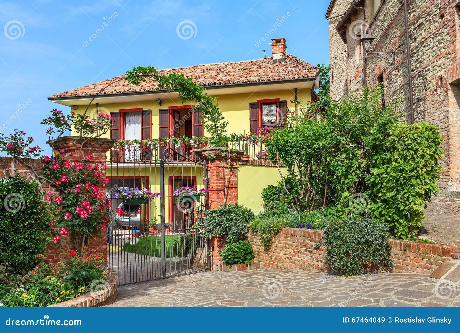Belle maison dans la ville de barolo italie image stock for Dans italien