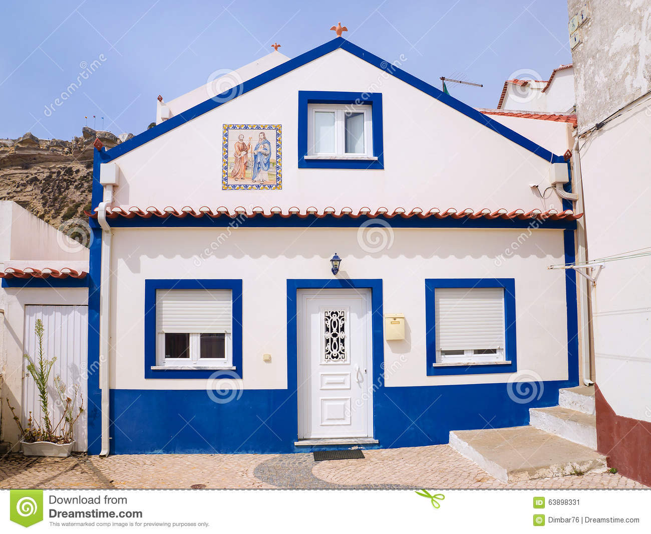 belle maison dans les rues de la ville de nazare au portugal image stock image du costa. Black Bedroom Furniture Sets. Home Design Ideas