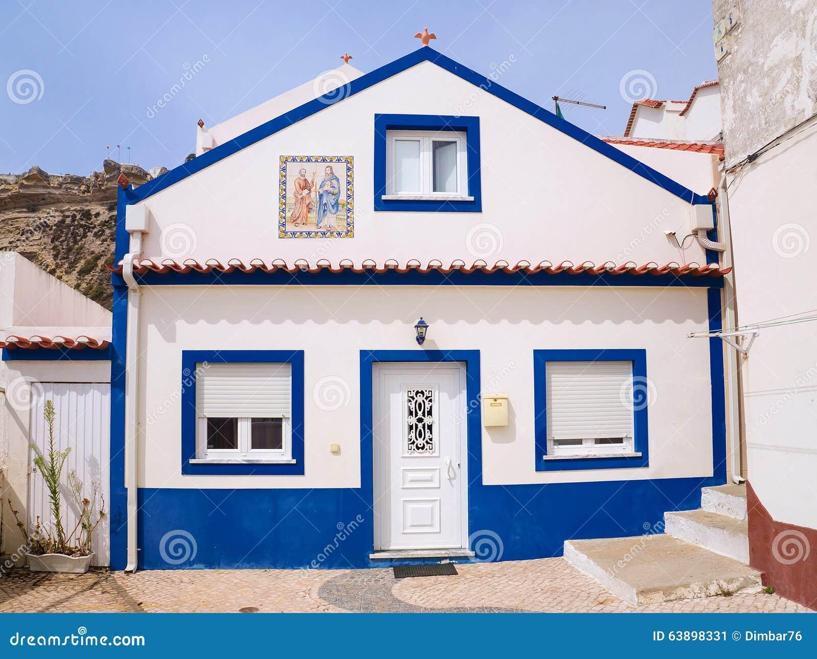 belle maison dans les rues de la ville de nazare au portugal image stock image du costa. Black Bedroom Furniture Sets. Home Design Ideas