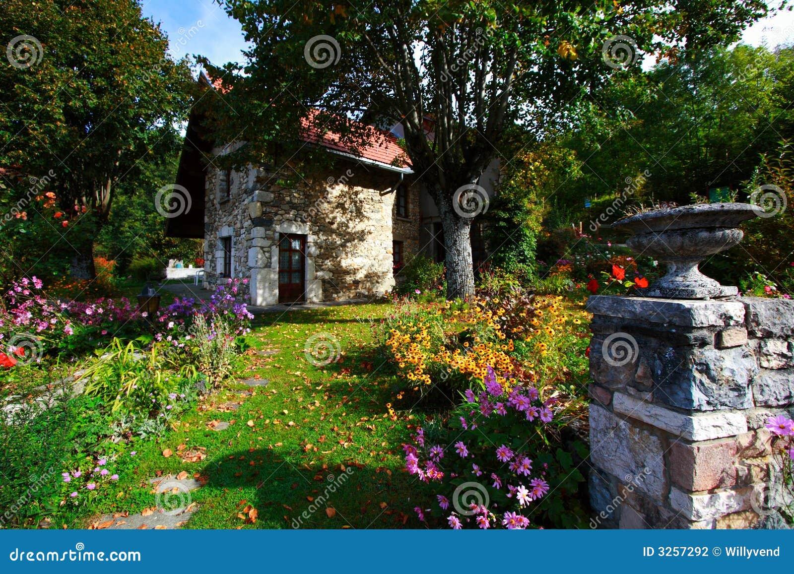 Belle maison de campagne photographie stock image 3257292 for Belle maison de campagne