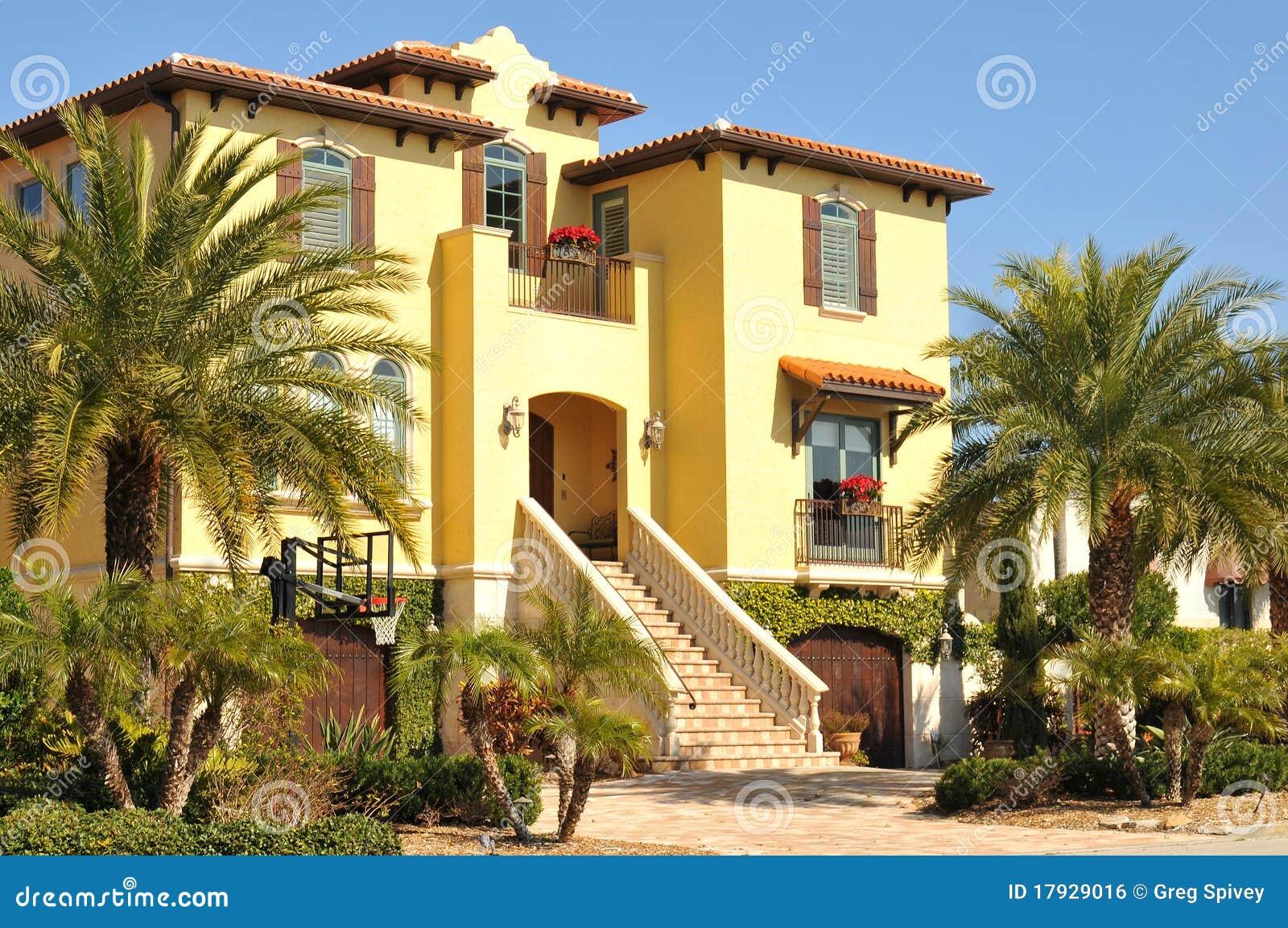 Belle Maison Espagnole De Trois Histoires En Floride Image Libre De Droits Image 17929016
