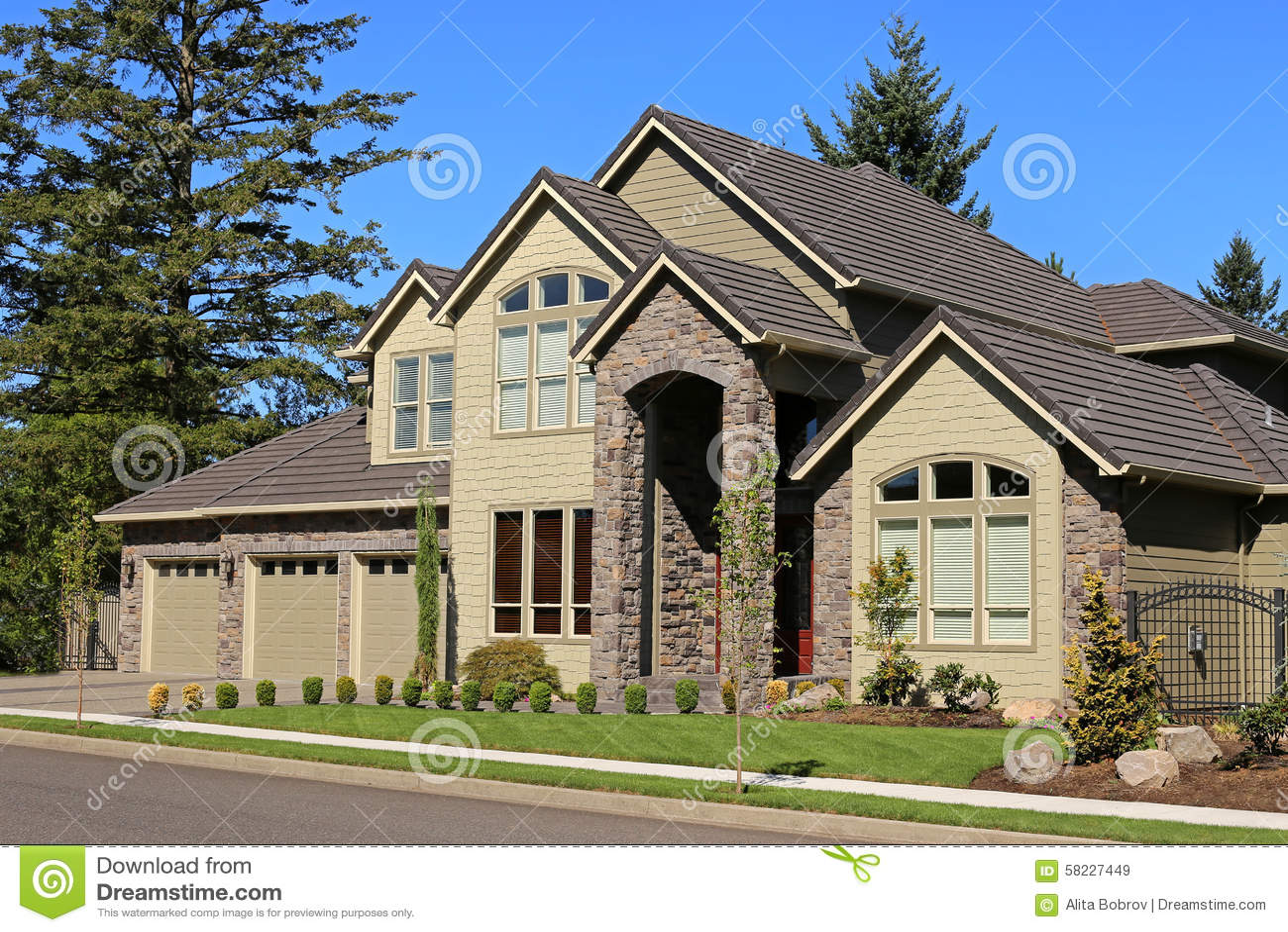 belle maison familiale image stock image du trappe entr e 58227449. Black Bedroom Furniture Sets. Home Design Ideas