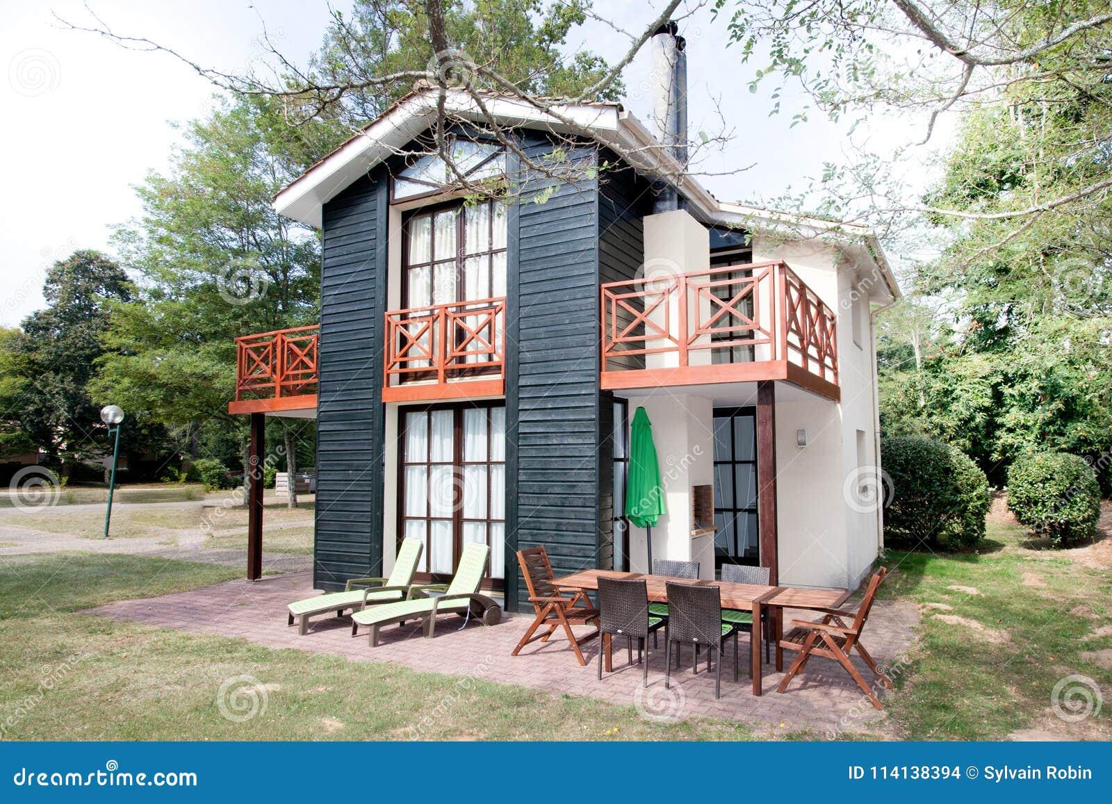 Belle Maison Moderne Avec Le Jardin, Extérieur Photo stock - Image ...
