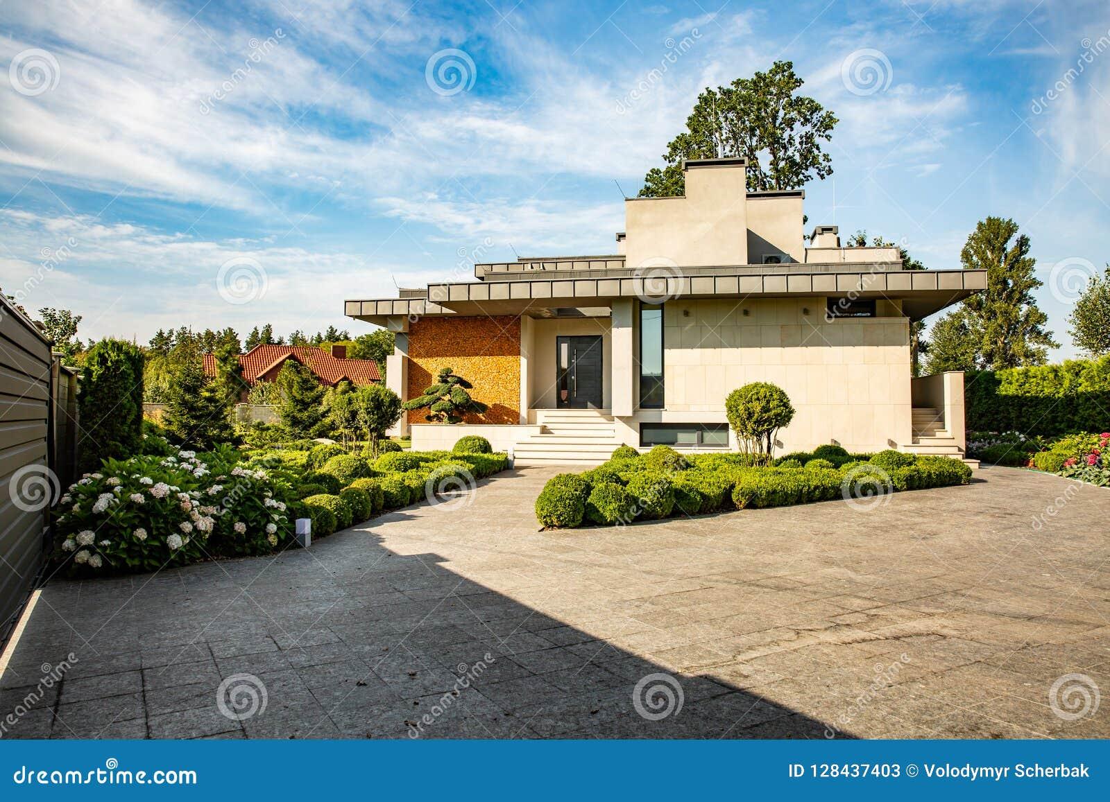 Belle Maison Moderne En Ciment, Vue Du Jardin Image stock ...