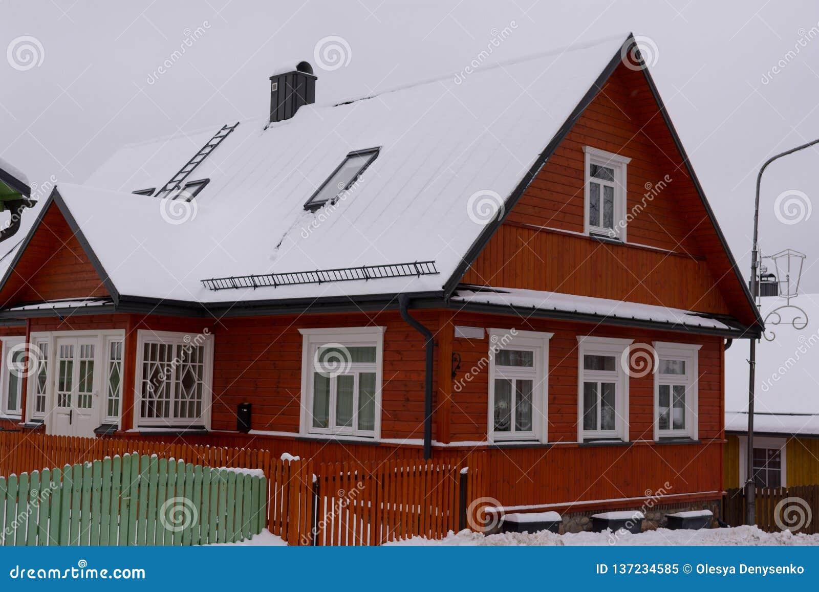 Belle Maison Rouge A L Arriere Plan D Hiver Image Stock Image Du Rouge Belle 137234585