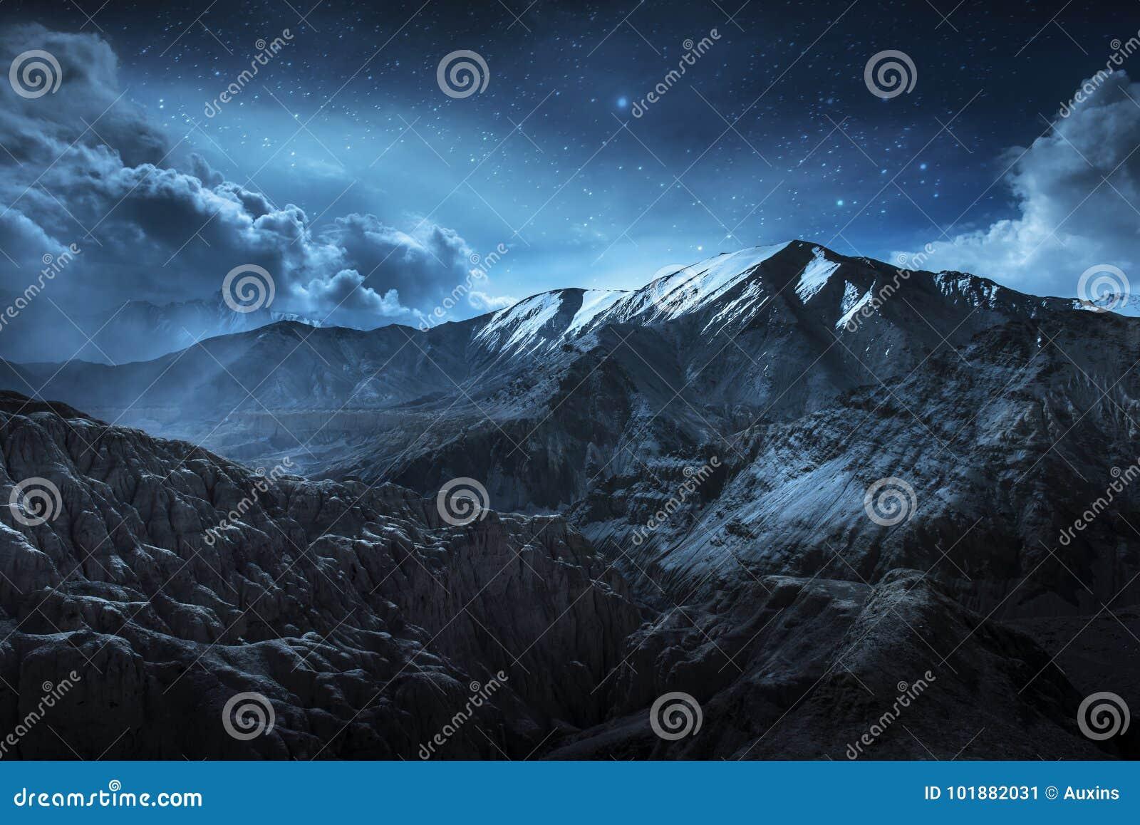 Belle montagne della neve del paesaggio alla notte sul fondo blu della stella e della nuvola Leh, Ladakh, esposizione di IndiaDou