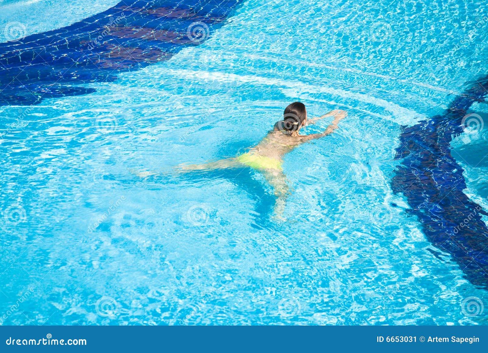 Belle natation de femme dans le regroupement